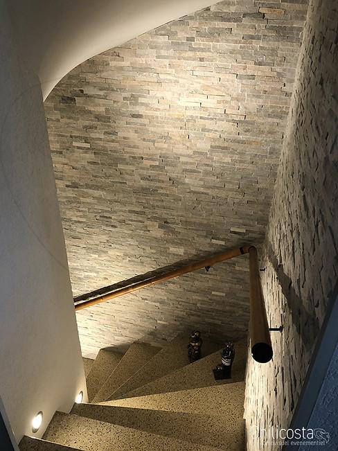 Pose et taille de pierres de parement pour épouser le plafond et incrustation d'éclairage led mural