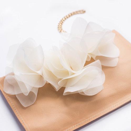 Pochette in pelle nude e fiori in organza