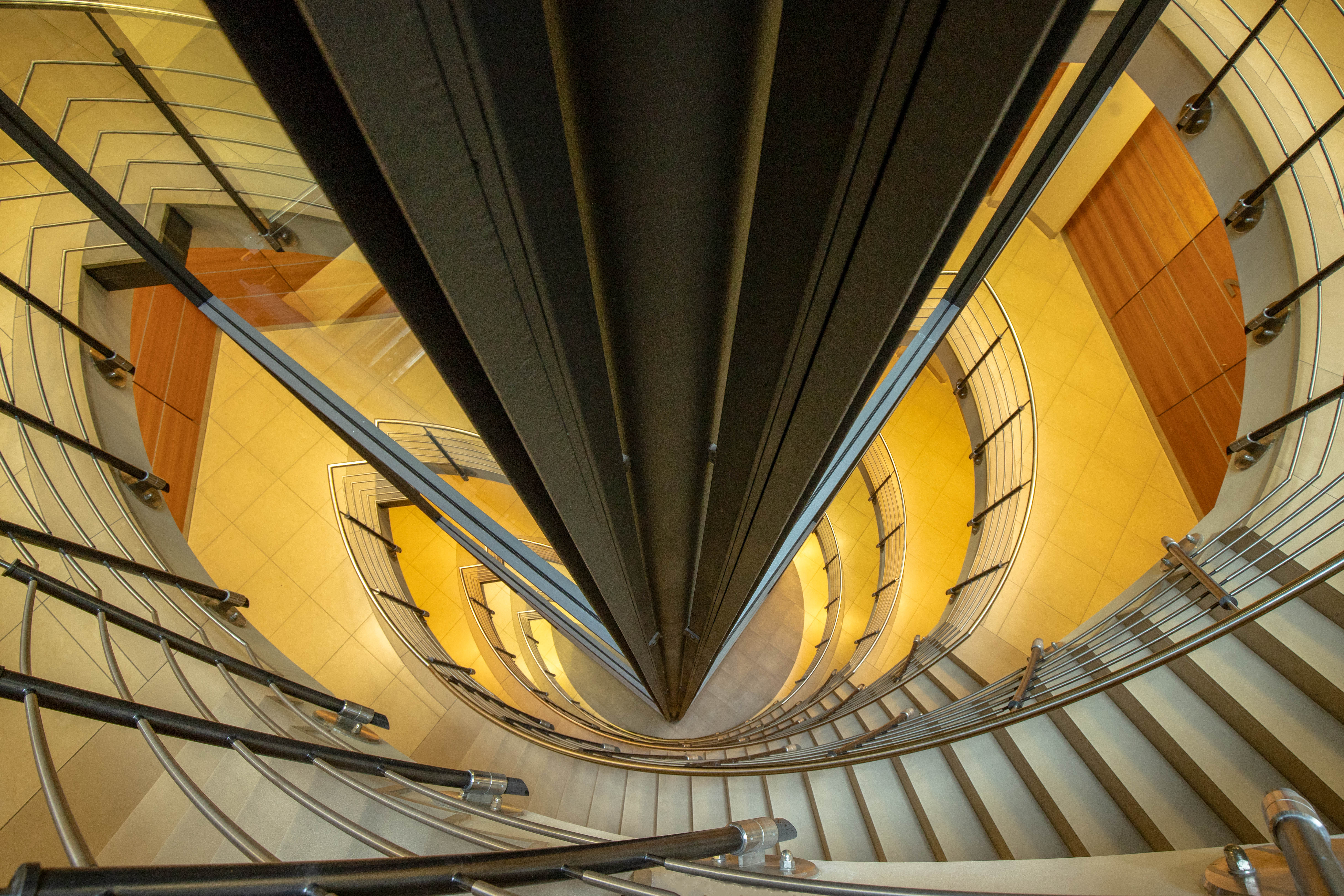 Treppenhaus am Fahrstuhl vorbei