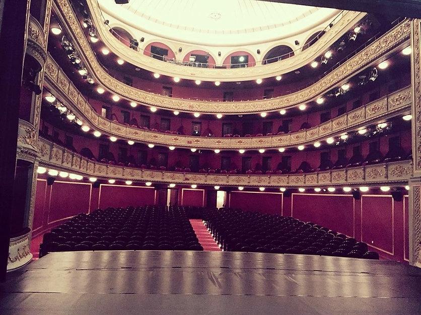 La salle du Théâtre National du Pirée.jp