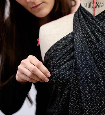 Stéphanie durant un cours de couture - moulage d'un mannequin