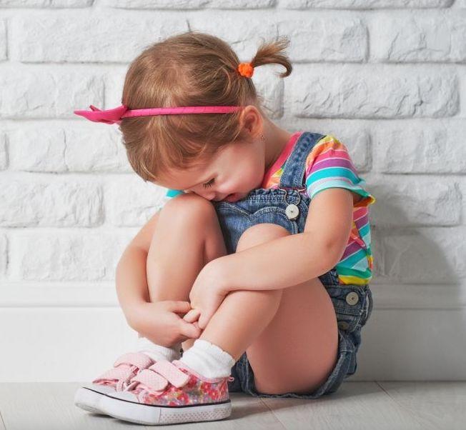 niños en la escuela con miedo al abandono