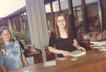 Bente sammen med Bente Trier i 1971. - Hun var kontorassistent og kom sammen med mig fra Sundbyvester Plads, uddannede sig senere til folkeskolelærer, blev ansat på Dyvekeskolen og sluttede der som en meget engageret skolebibliotekar, fortæller Bente.
