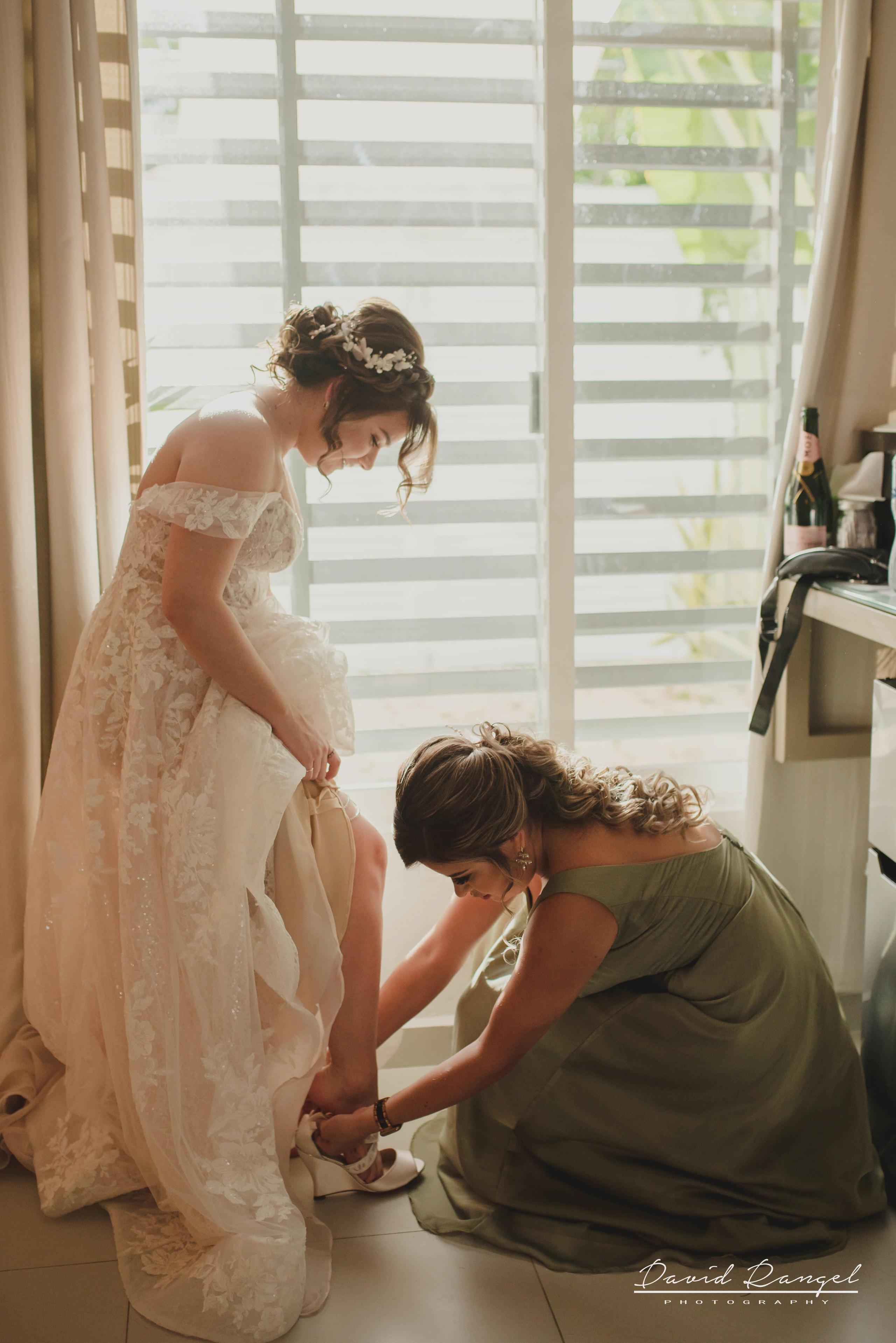 bride+getting+ready+shadow+earring++bathrobe+natural+ligh+photo+destination+wedding+isla+blanca+smile+mirror+photo+celebration+bridesmaids+bestfriend+shoes+help+wedding+dress