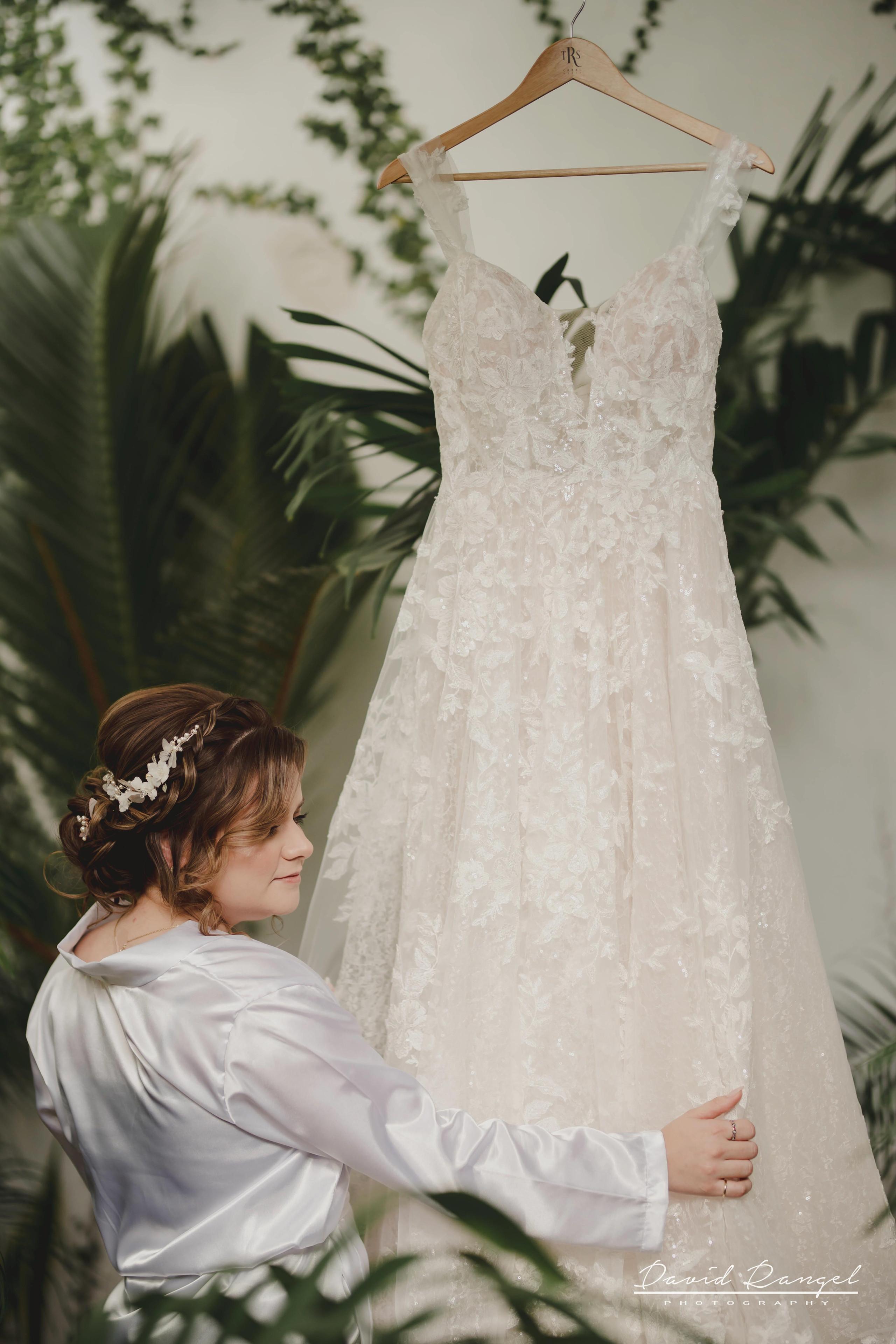 bride+getting+ready+shadow+earring++bathrobe+natural+ligh+photo+destination+wedding+isla+blanca+smile+mirror+photo+celebration+wedding+dress