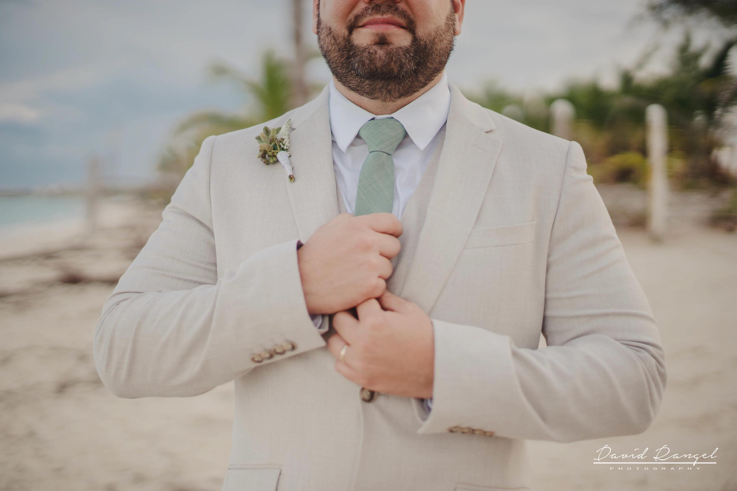 groom+candy+shot+beach+isla+blanca+villa+chenera+suit+tie+photo+costa+mujeres