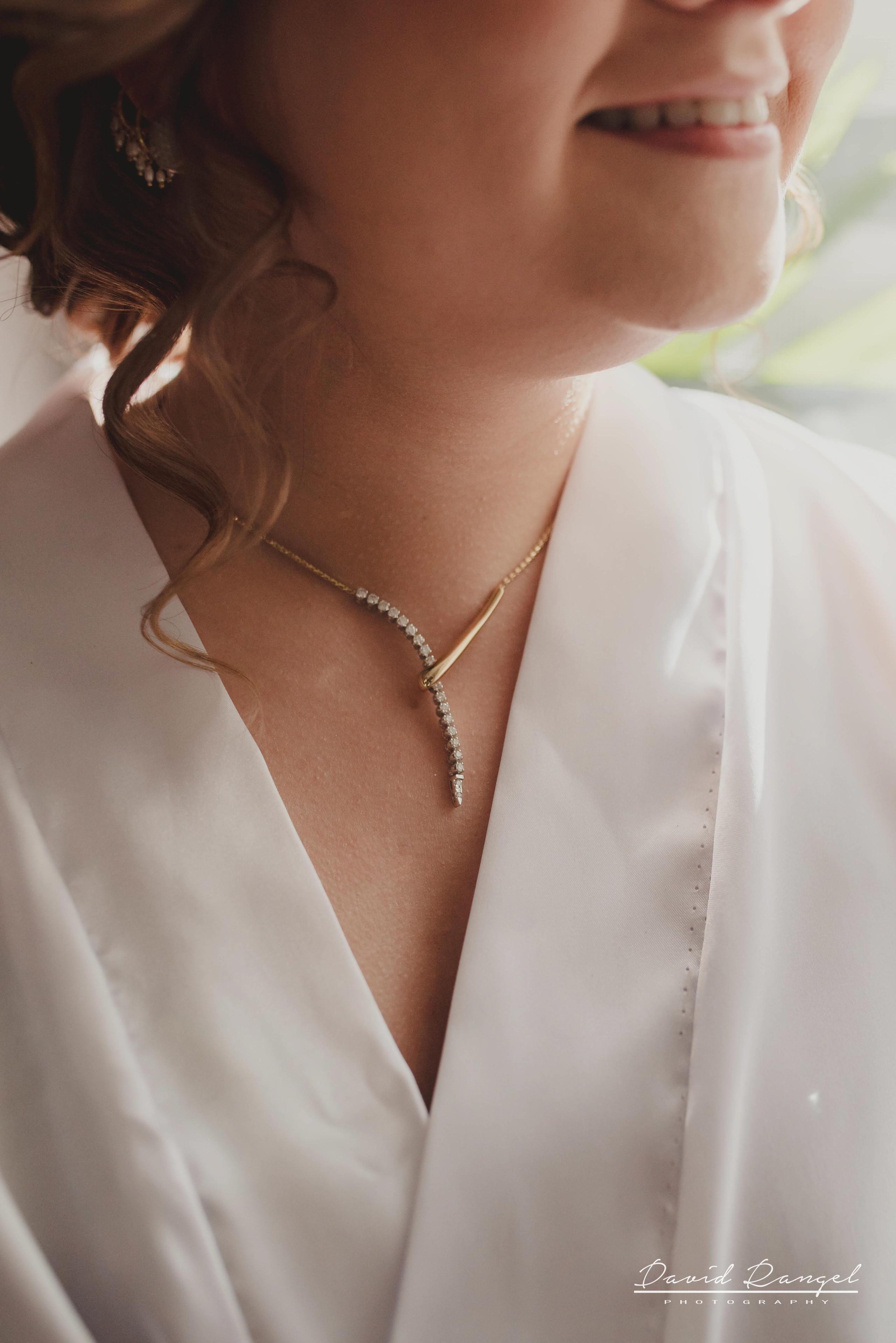 bride+getting+ready+shadow+earring++bathrobe+natural+ligh+photo+destination+wedding+isla+blanca+smile+details+jewelry