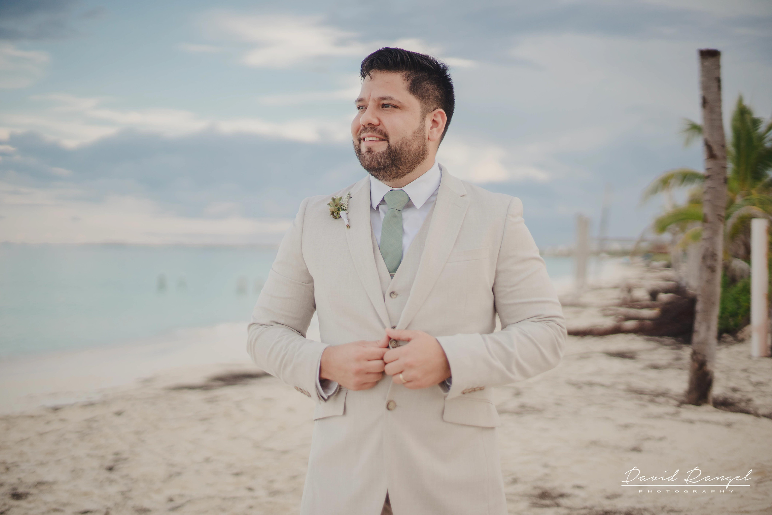 groom+candy+shot+beach+isla+blanca+villa+chenera+suit+tie+photo+costa+mujeres