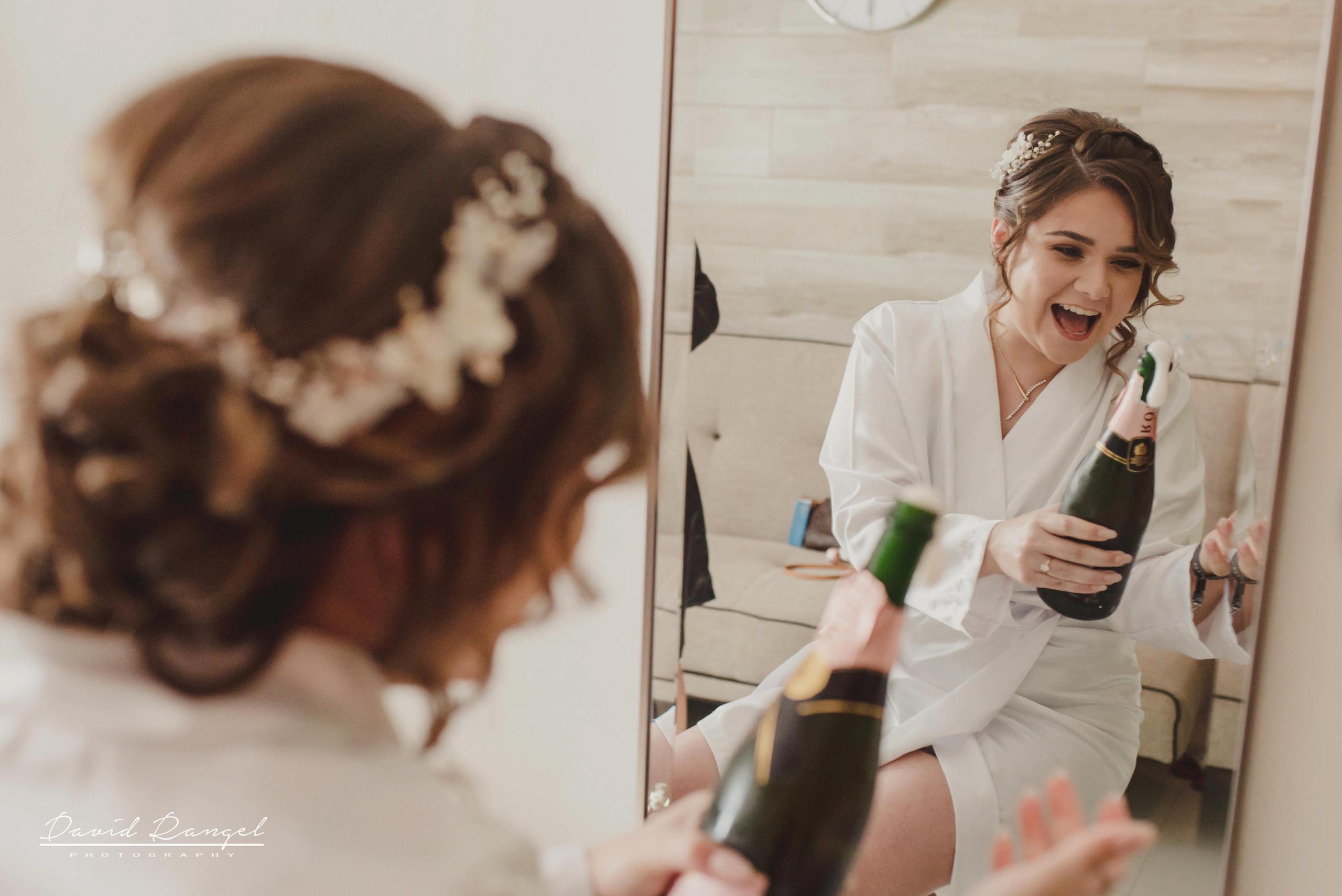 bride+getting+ready+shadow+earring++bathrobe+natural+ligh+photo+destination+wedding+isla+blanca+smile+champagne+mirror+photo+celebration+drink+alcohol