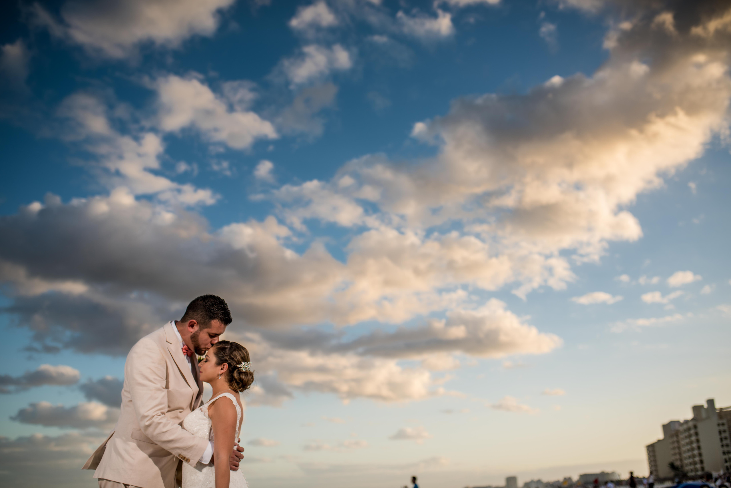 bride+groom+photo+kiss+sunset+beach