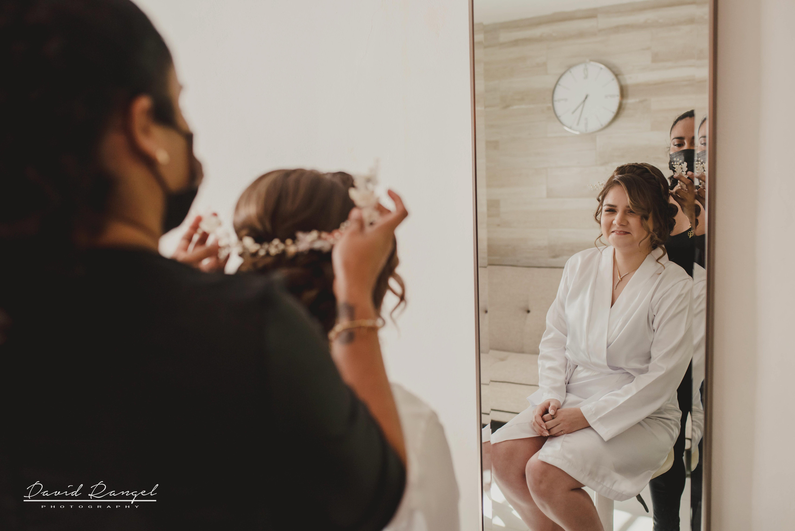 bride+getting+ready+shadow+earring++bathrobe+natural+ligh+photo+destination+wedding+isla+blanca+smile+mirror+crown