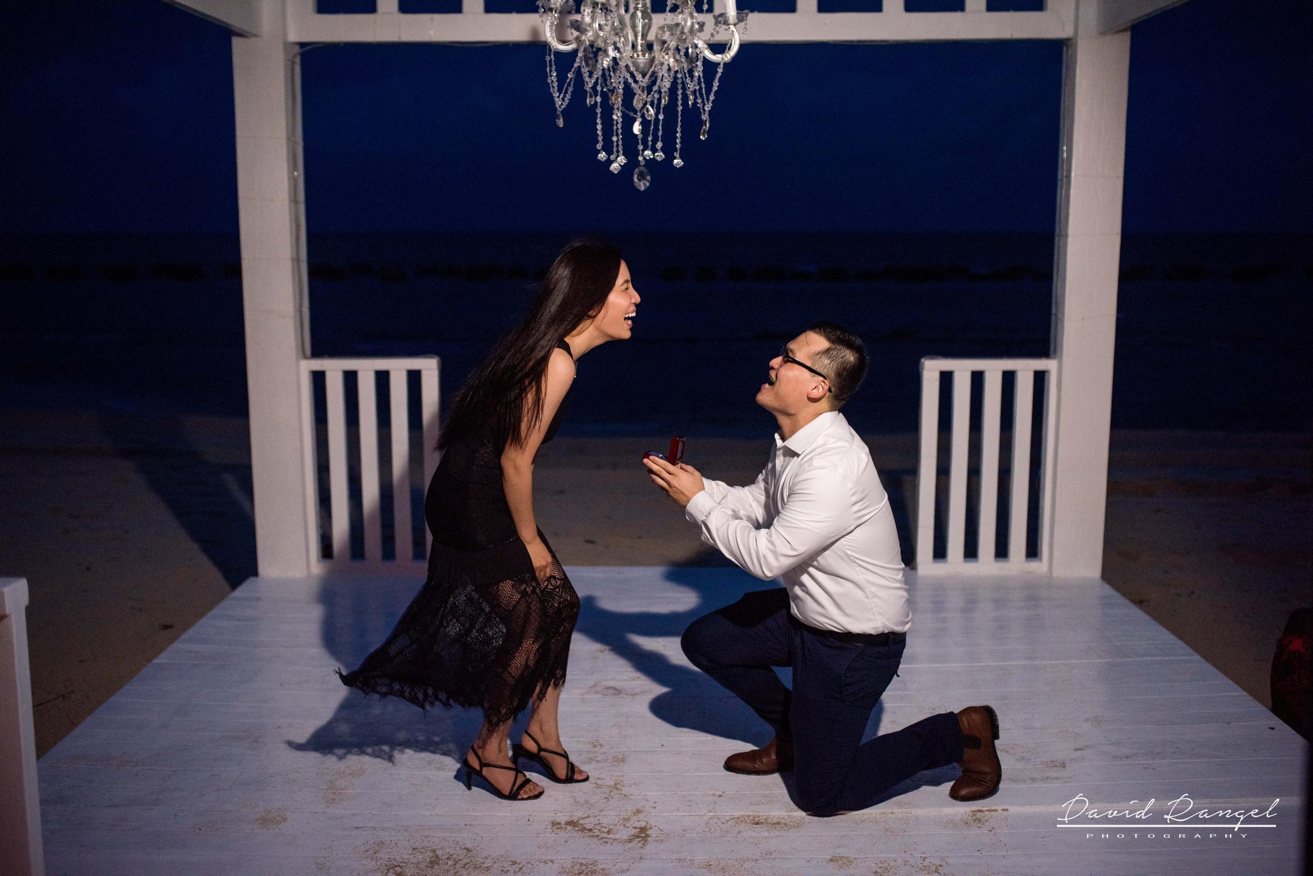 engagement+session+marriage+proposal+couple+night+photo+dorado+casitas+playa+del+carmen+photographer+destination+kiss+palm+trees