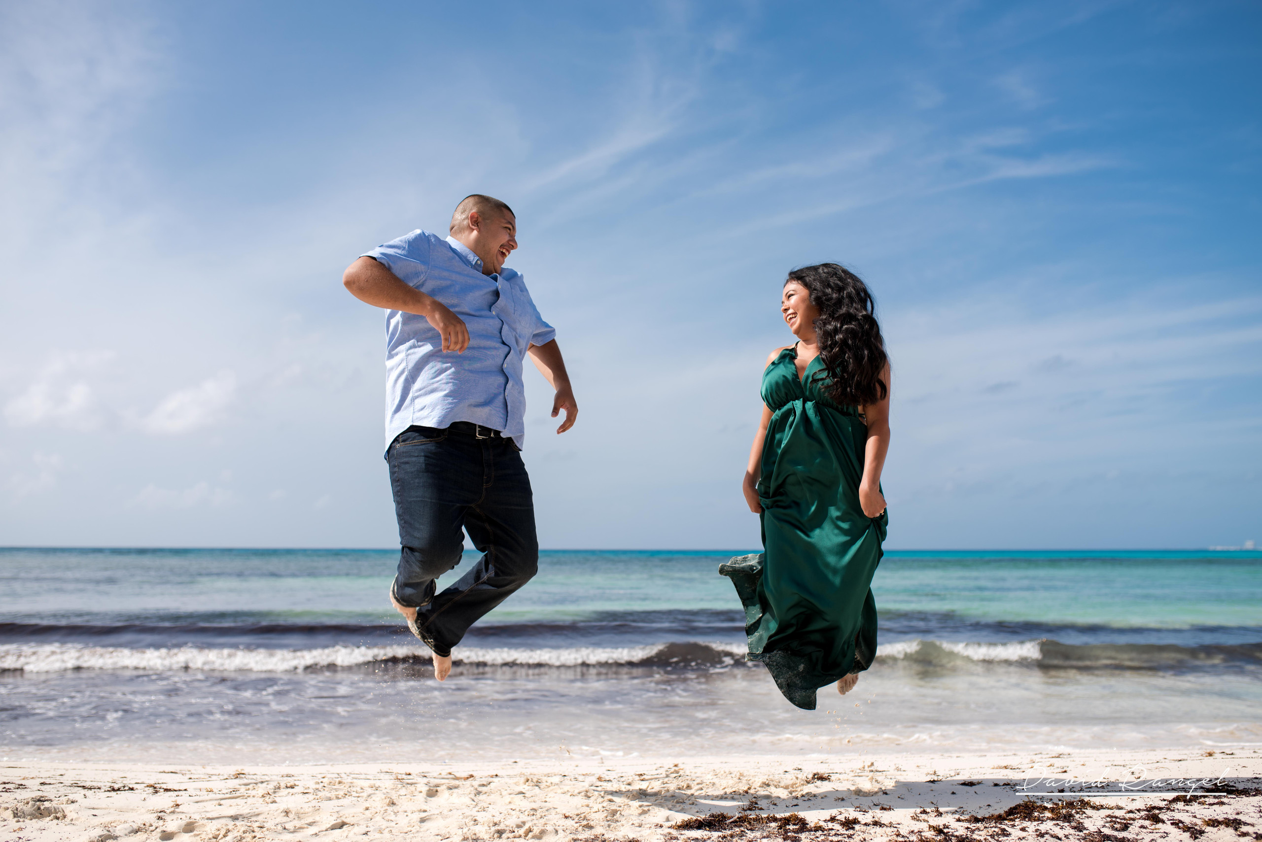 engagement+session+couple+love+photo+pre-wedding+beach+cancun+riviera+maya+hotel+zone+happiness+jump