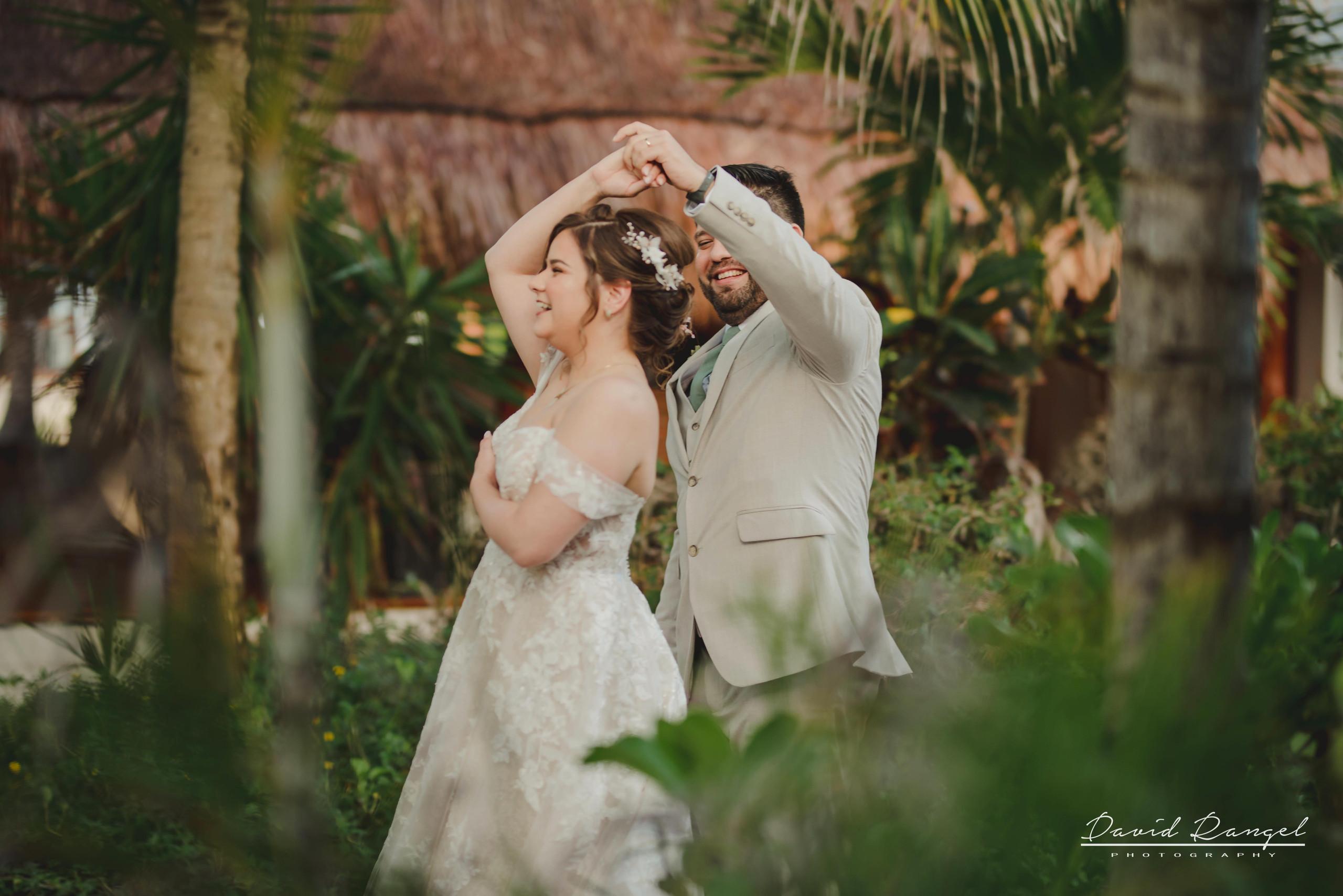 bride+candy+shot+beach+isla+blanca+villa+chenera+photo+costa+mujeres+first+look+groom+surprise+garden+wedding+dress+suit+tie
