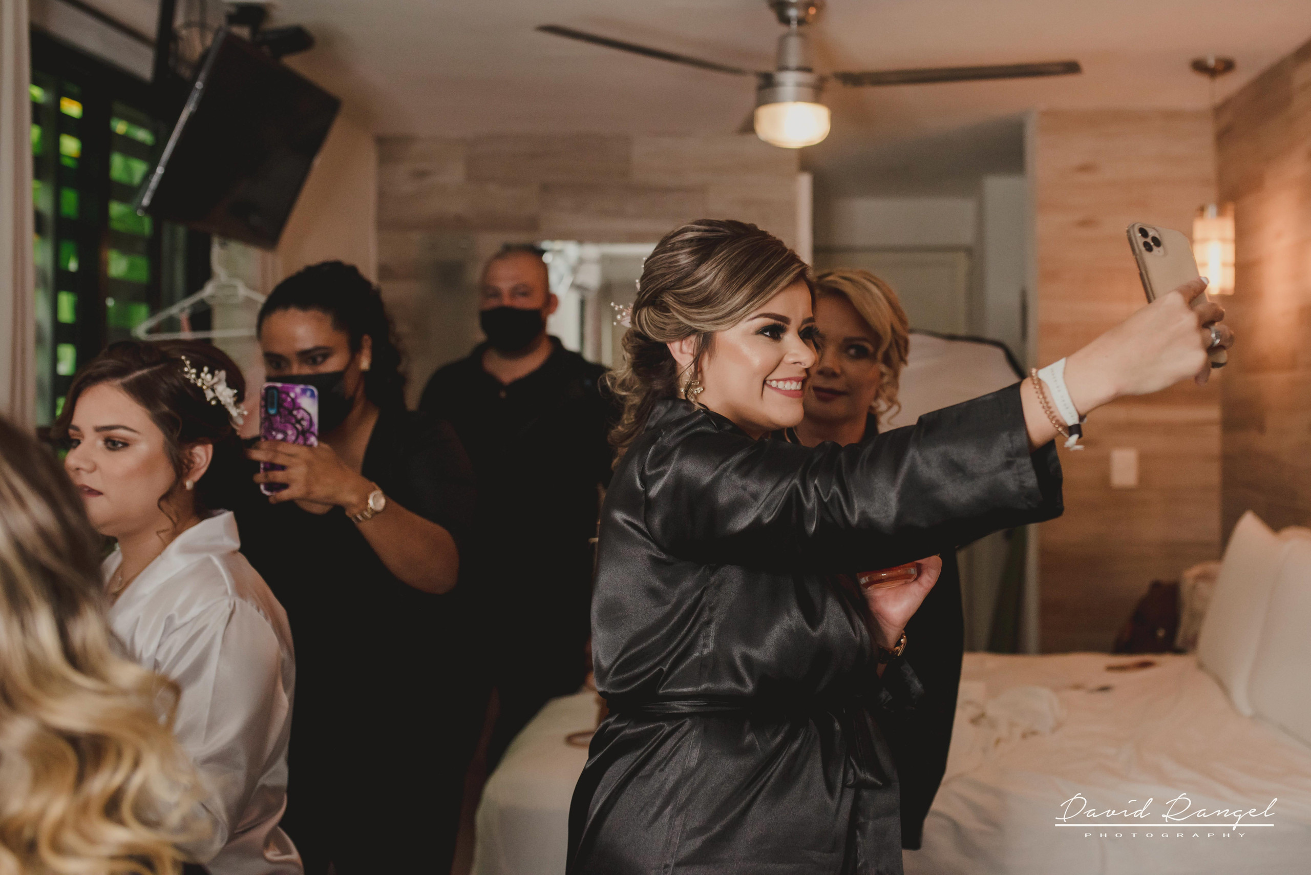bride+getting+ready+shadow+earring++bathrobe+natural+ligh+photo+destination+wedding+isla+blanca+smile+selfie+maid+of+honor+bridesmaids+mother+room