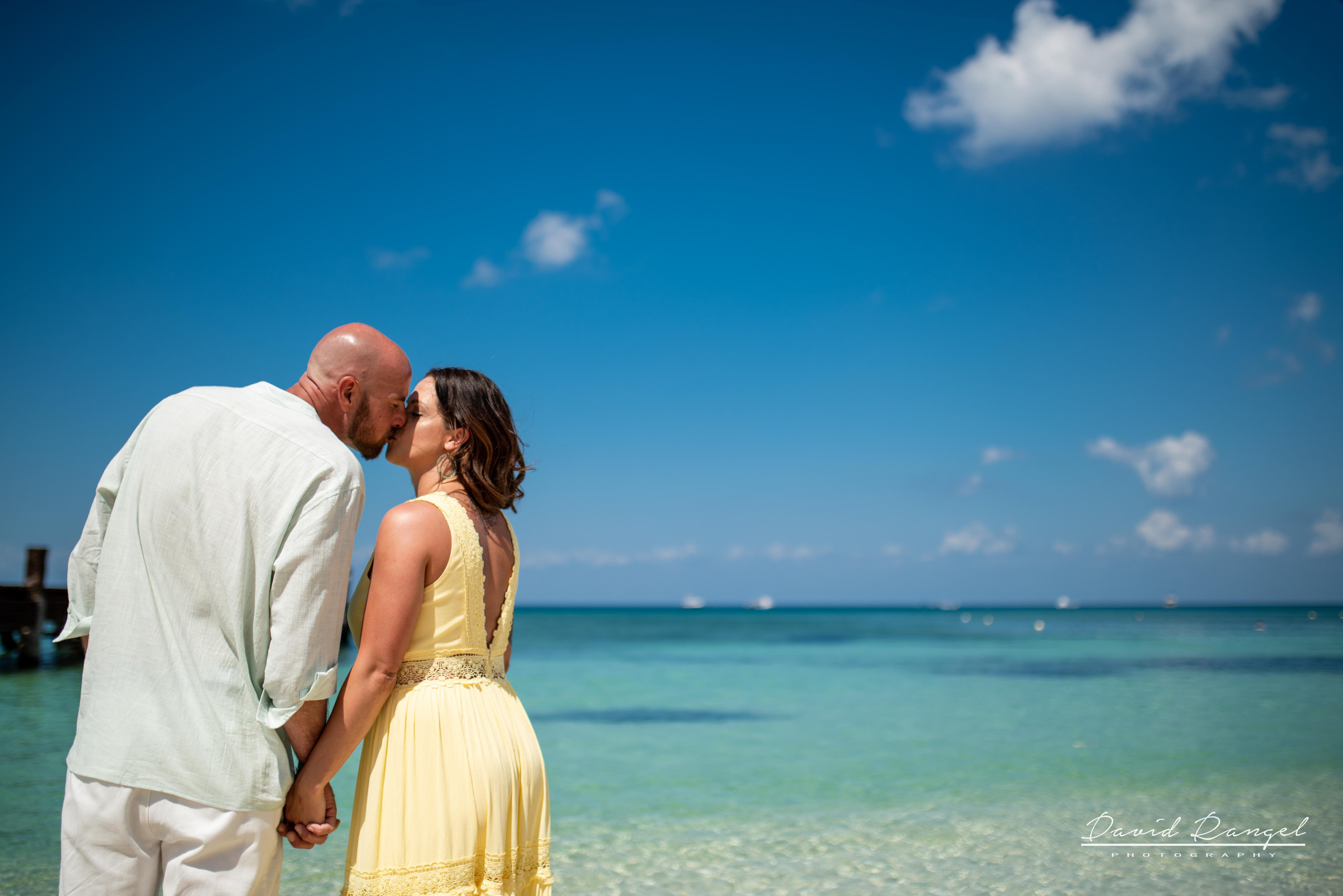 sand+session+beach+cozumel+island+photo+destination+photographer+couple+romantic+water+pier+paradise+happy+kiss