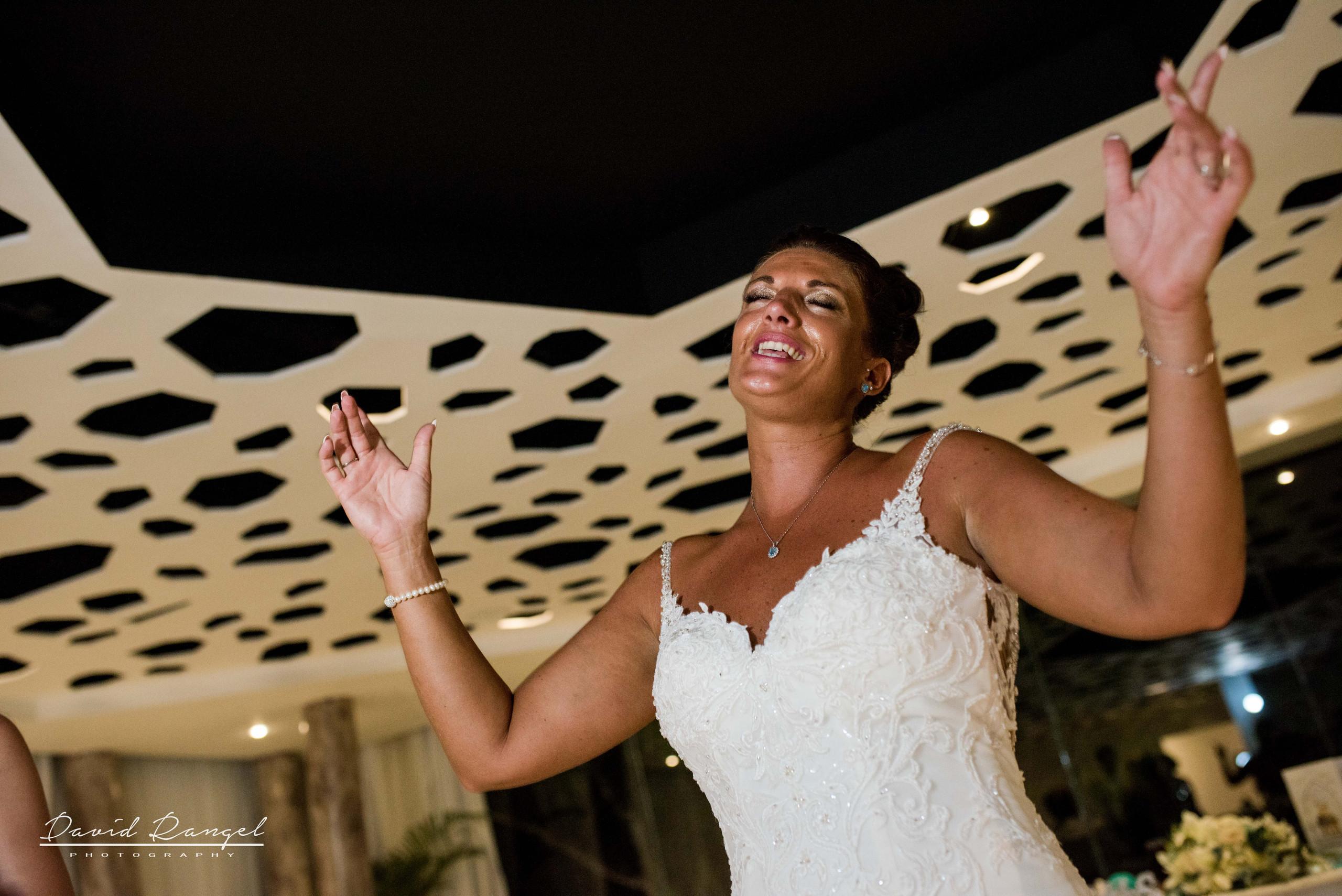 bride+singing+reception+dance+floor+photo
