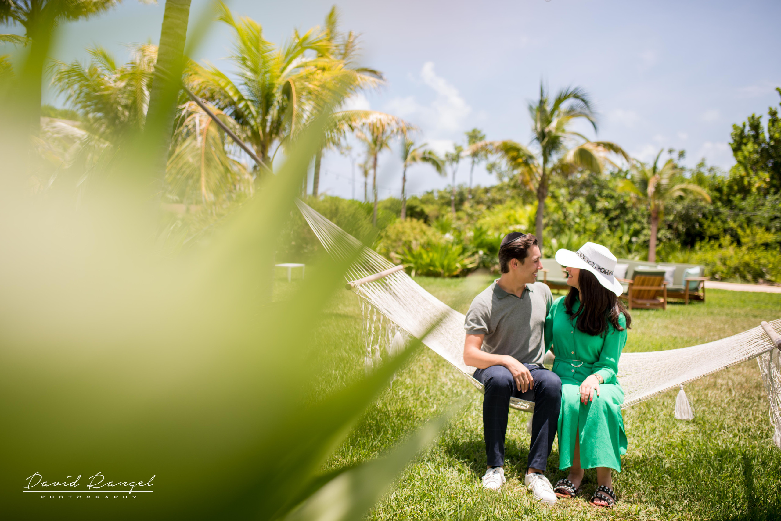 couple+hotel+atelier+happy+love+together+playa+mujeres+destination+photographer+photo+garden+trees+kiss+hamac+hat