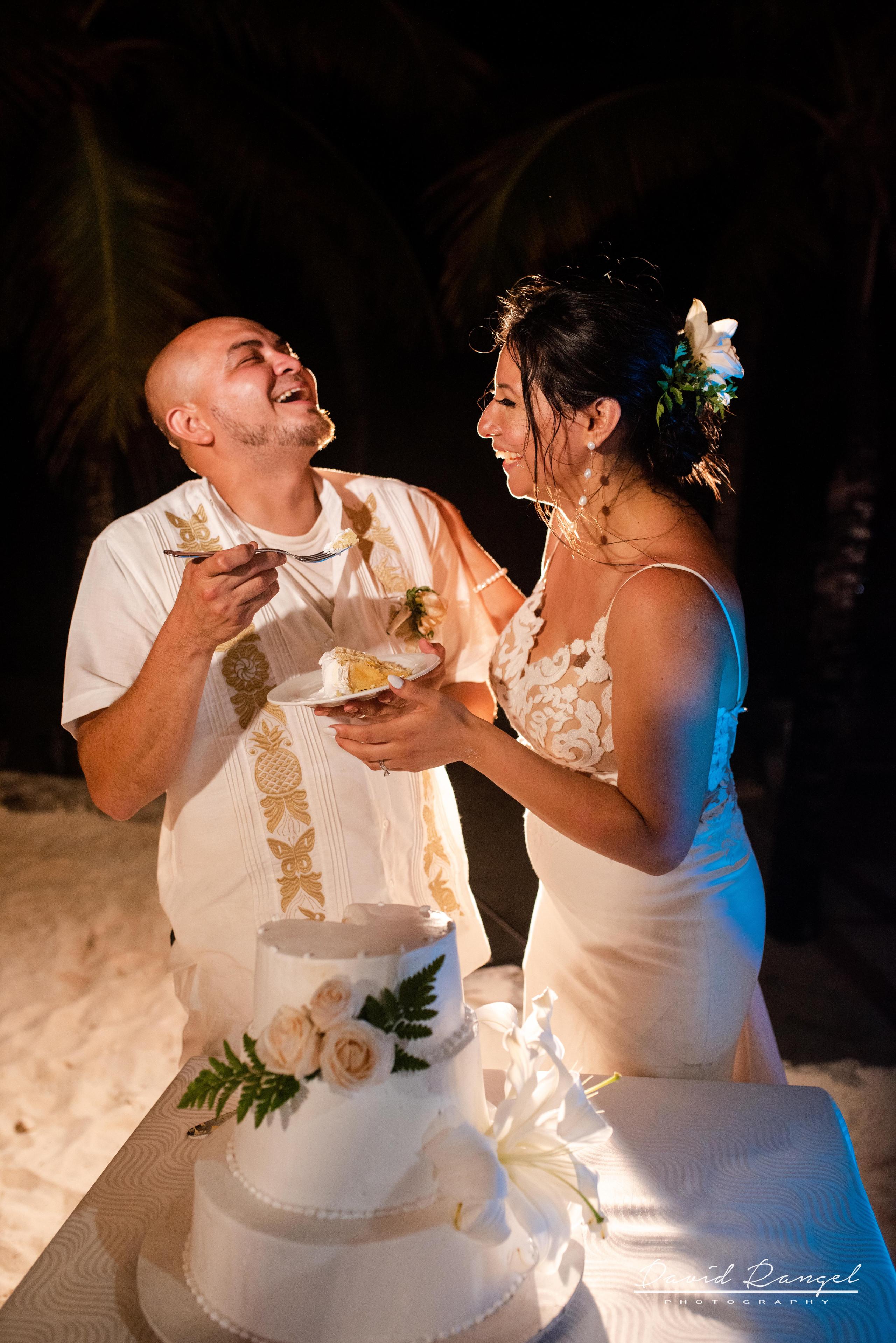 cake+cutting+reception+bride+groom+occidental+xcaret