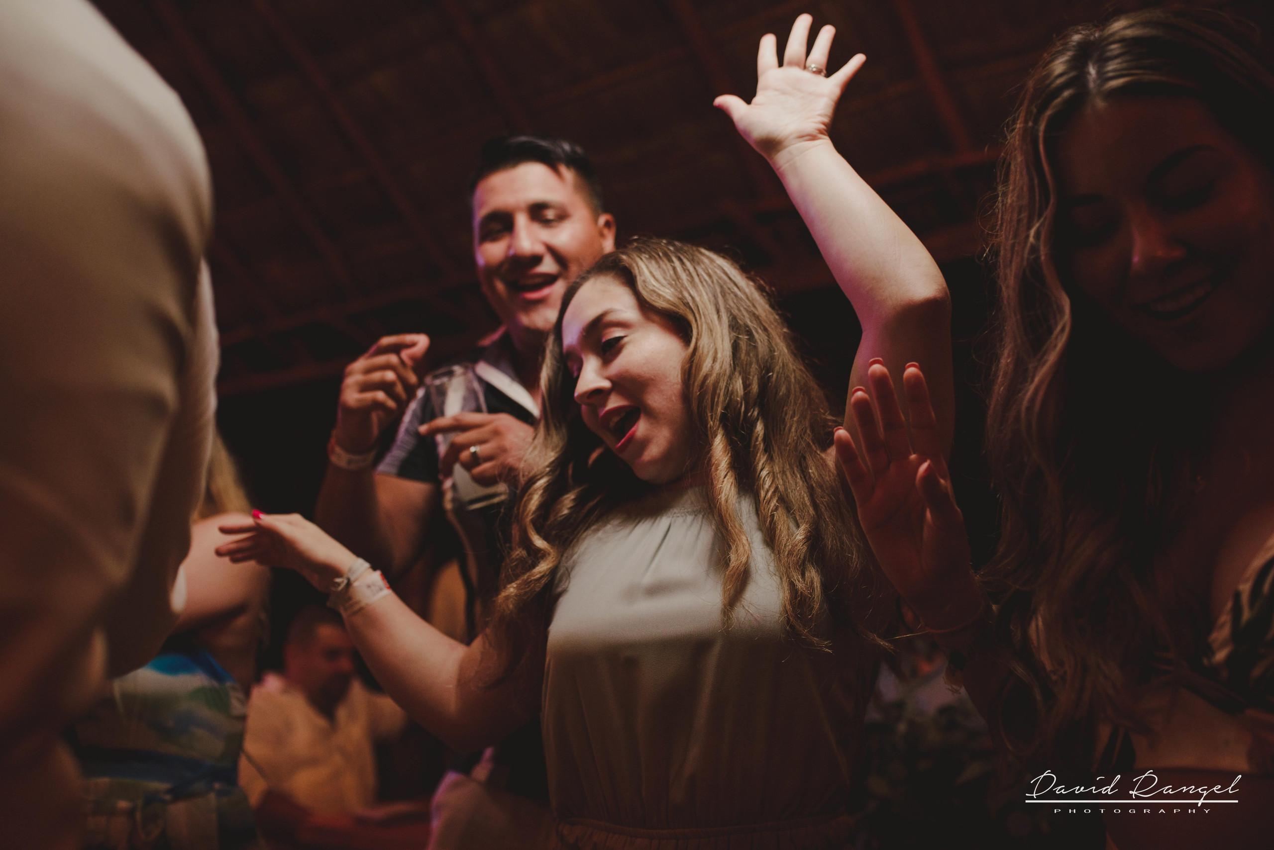 bride+groom+dance+reception+guest+celebration+happiness+photo+dance+floor+friends+family