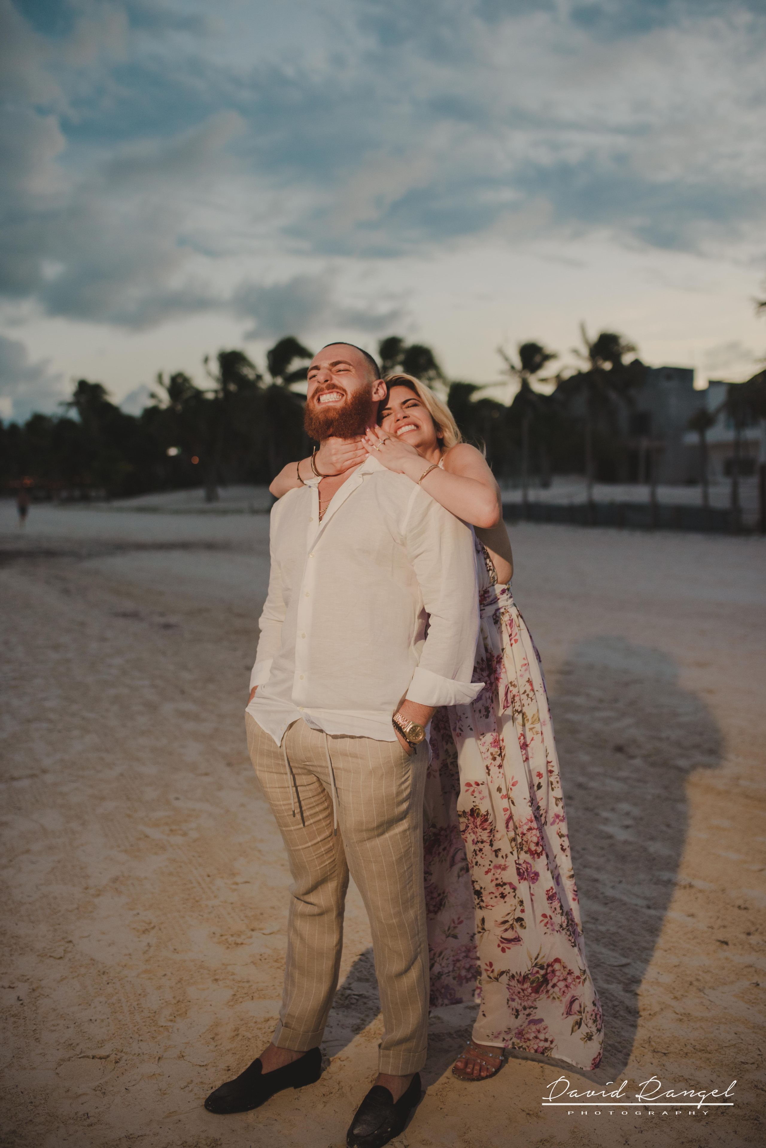engagement+session+photo+shot+romantic+sorprise+beach+caribe+sand+mexico+tulum+casa+malca+hotel+boutique+girl+man+union+she+say+yes+ring+propose