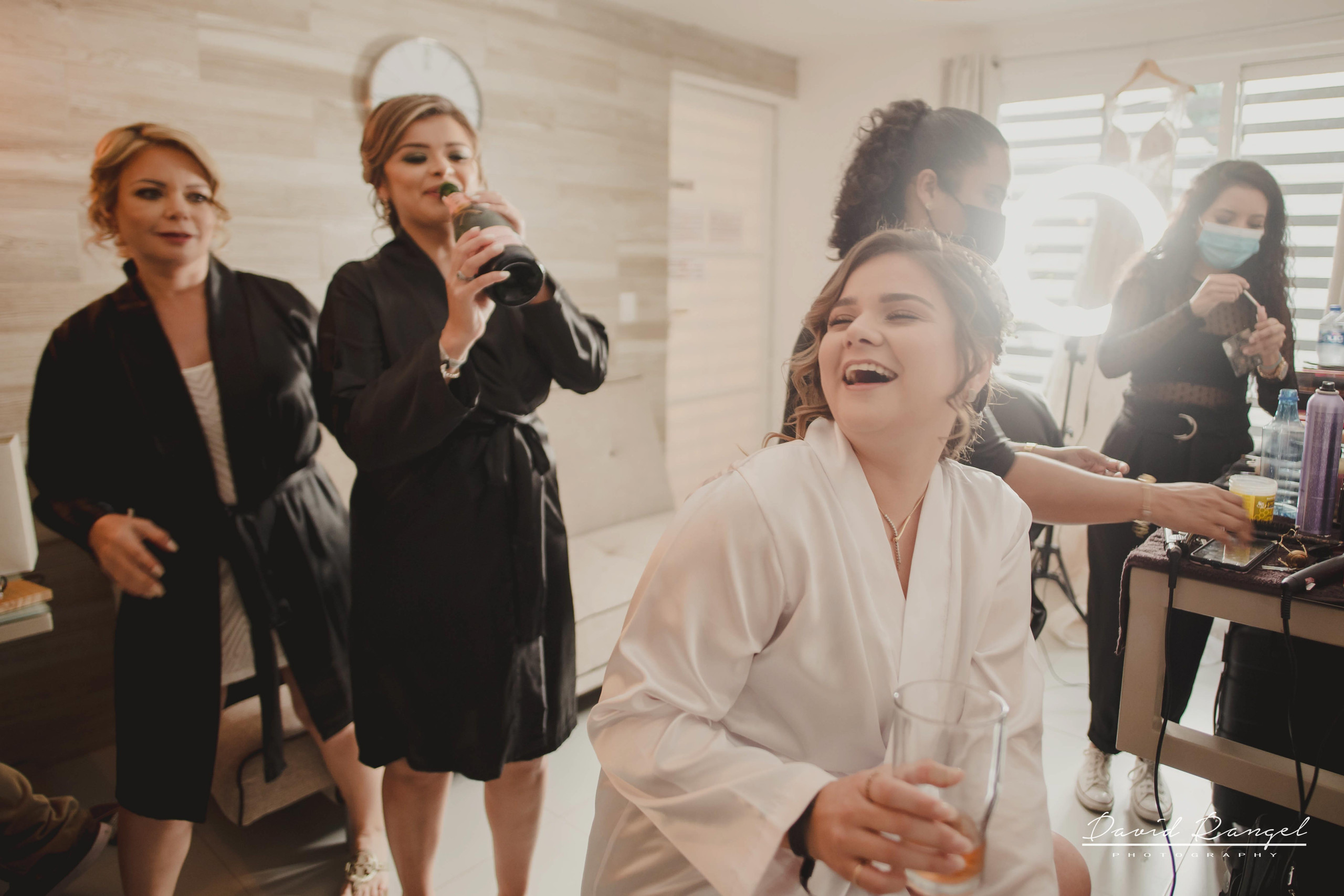 bride+getting+ready+shadow+earring++bathrobe+natural+ligh+photo+destination+wedding+isla+blanca+smile+mirror+photo+celebration+bridesmaids+mother+sister+bestfriend