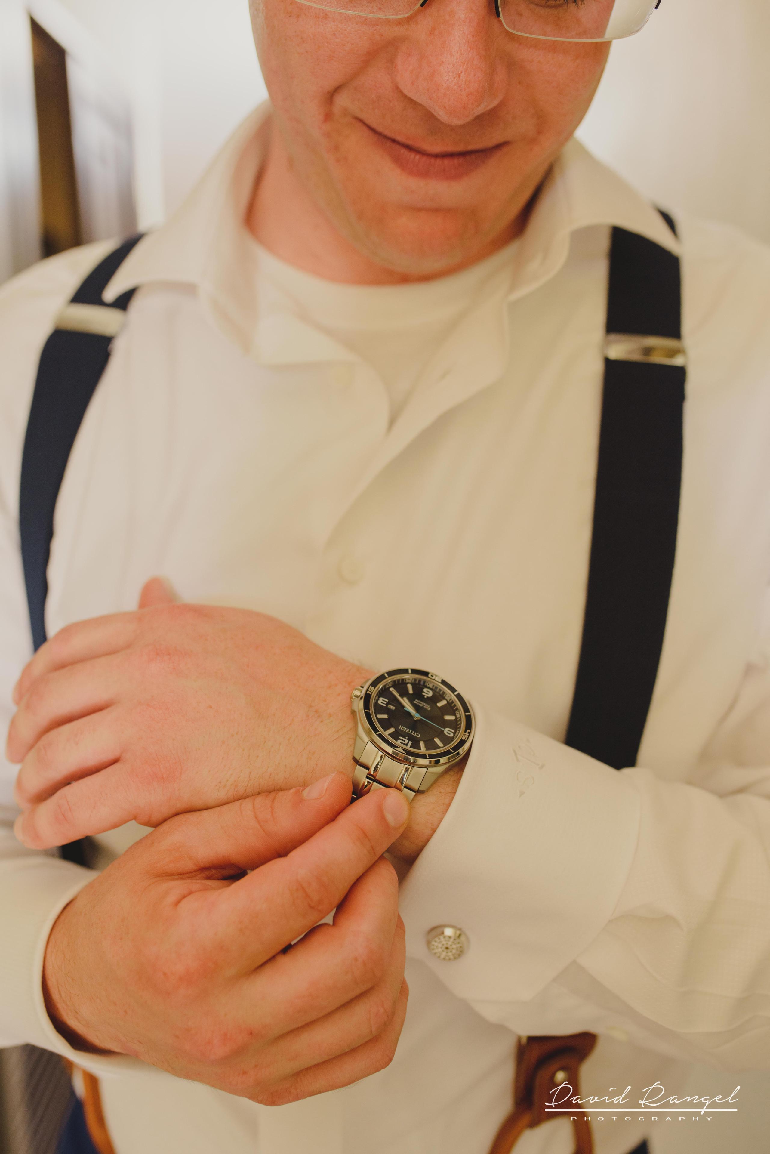 groom+groomsmens+getting+ready+room+photo+suit+crew+watch