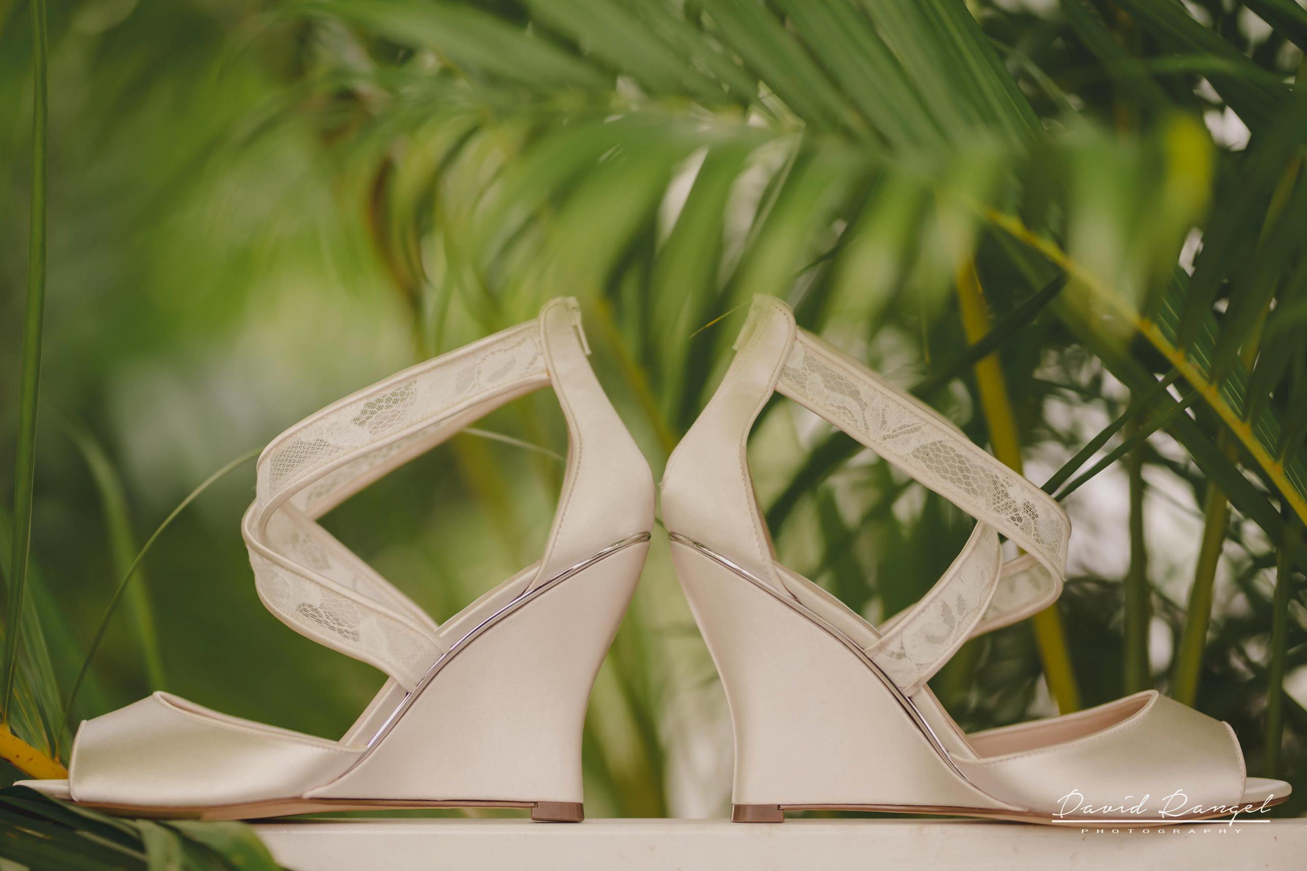 bride+getting+ready+shadow+earring++bathrobe+natural+ligh+photo+destination+wedding+isla+blanca+smile+champagne+mirror+photo+celebration+drink+alcohol+shoes+garden