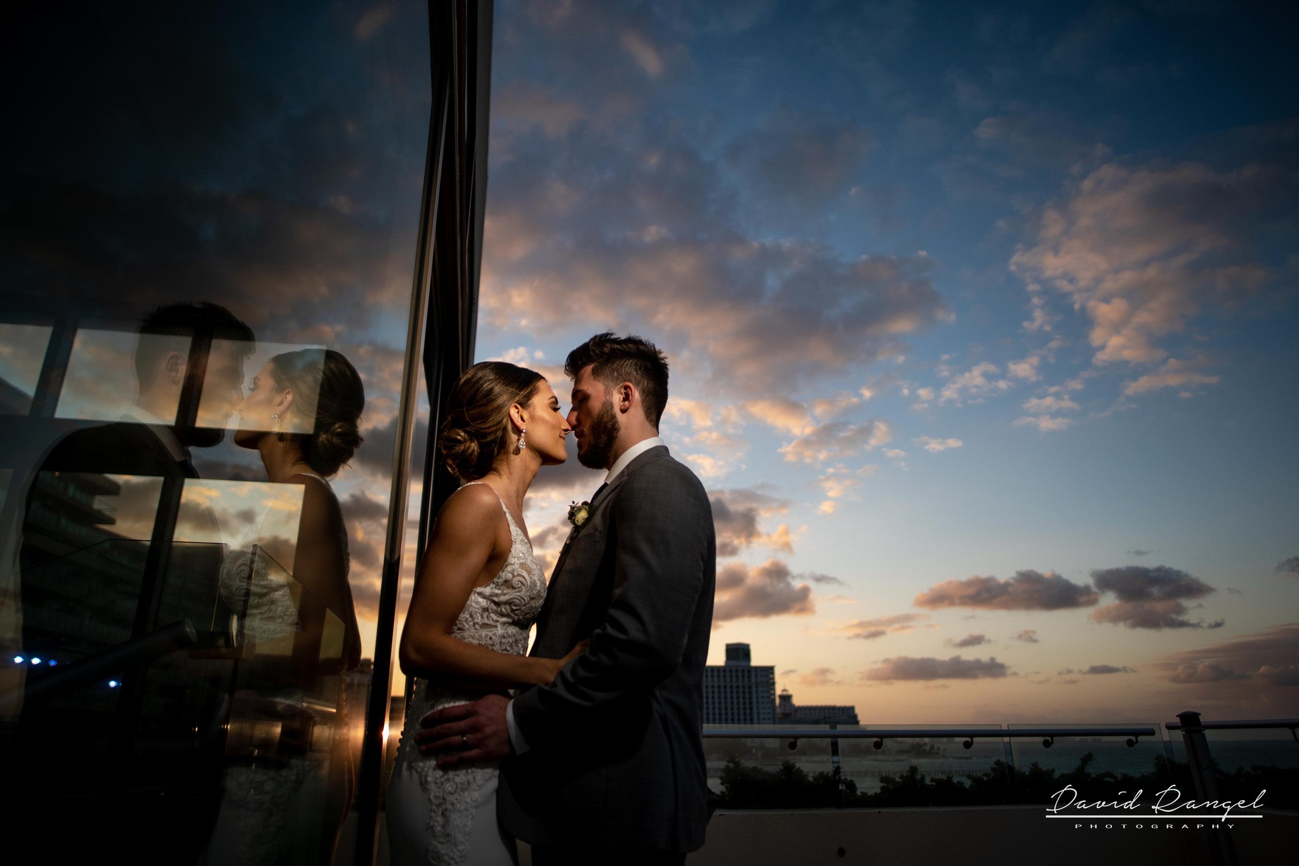 reception+hyatt+ziva+cancun+bride+groom+sunset+photo+reflection