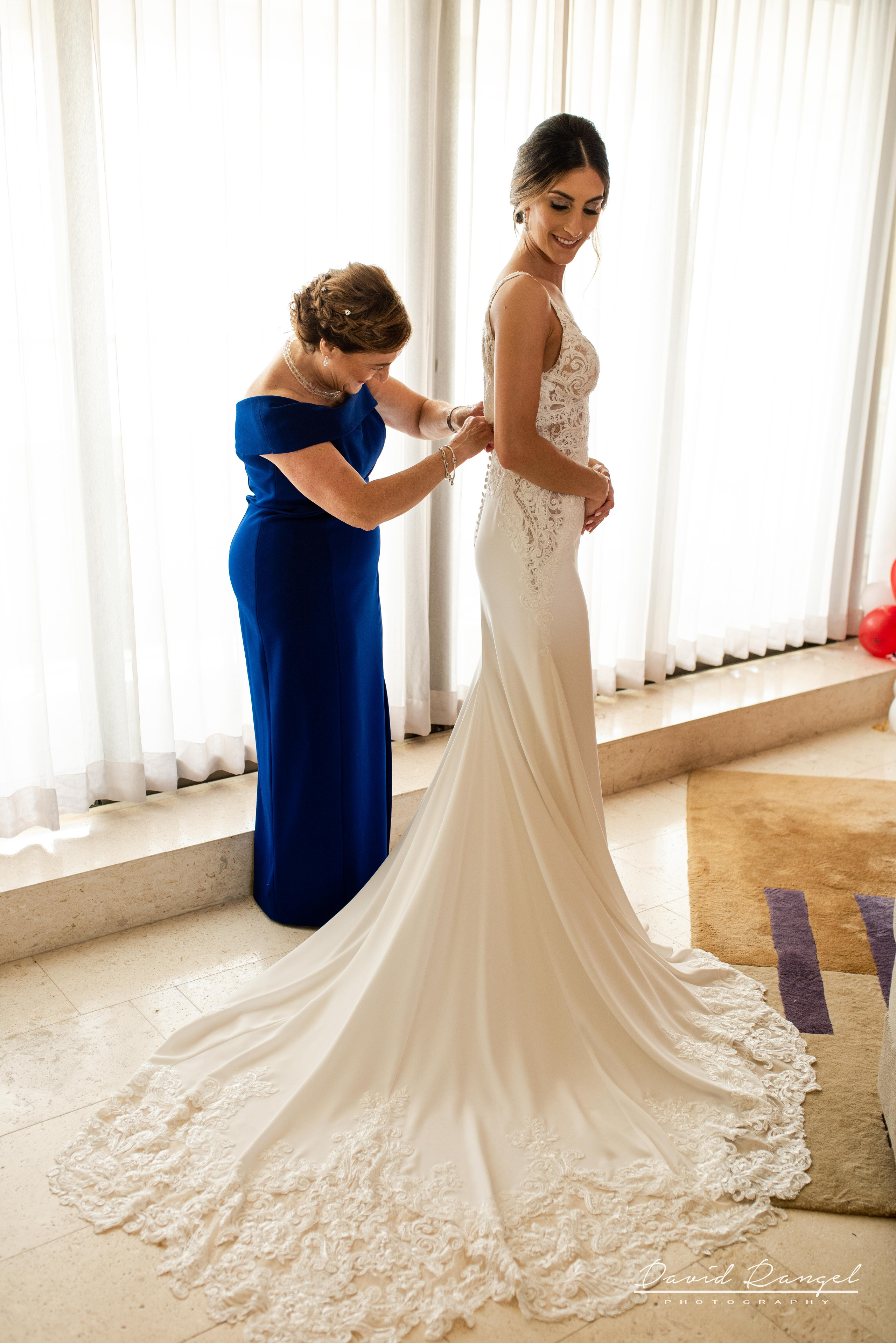 bride+getting+ready+dress+mother+helping+photo