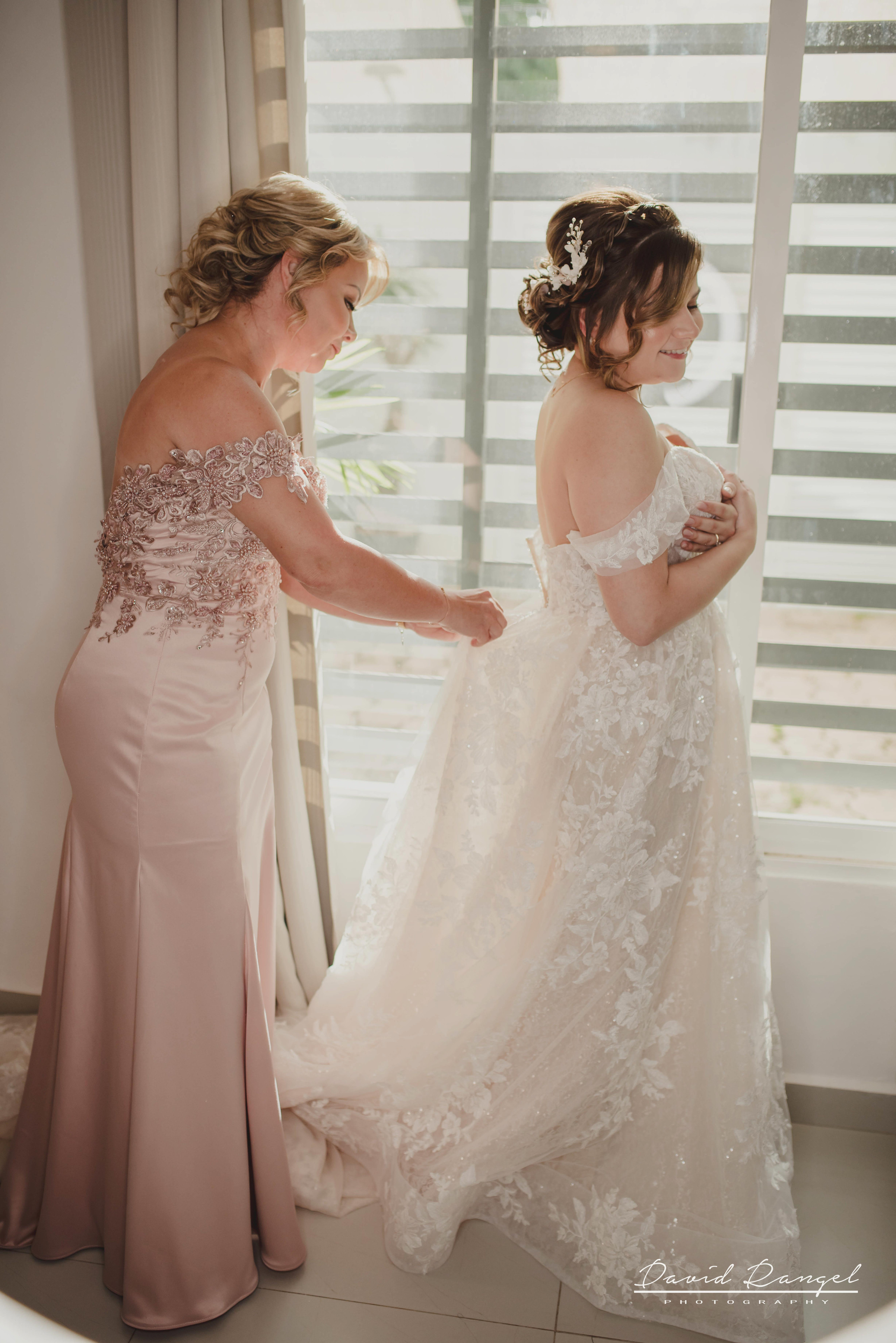bride+getting+ready+shadow+earring++bathrobe+natural+ligh+photo+destination+wedding+isla+blanca+smile+mirror+photo+celebration+bridesmaids+mother+wedding+dress