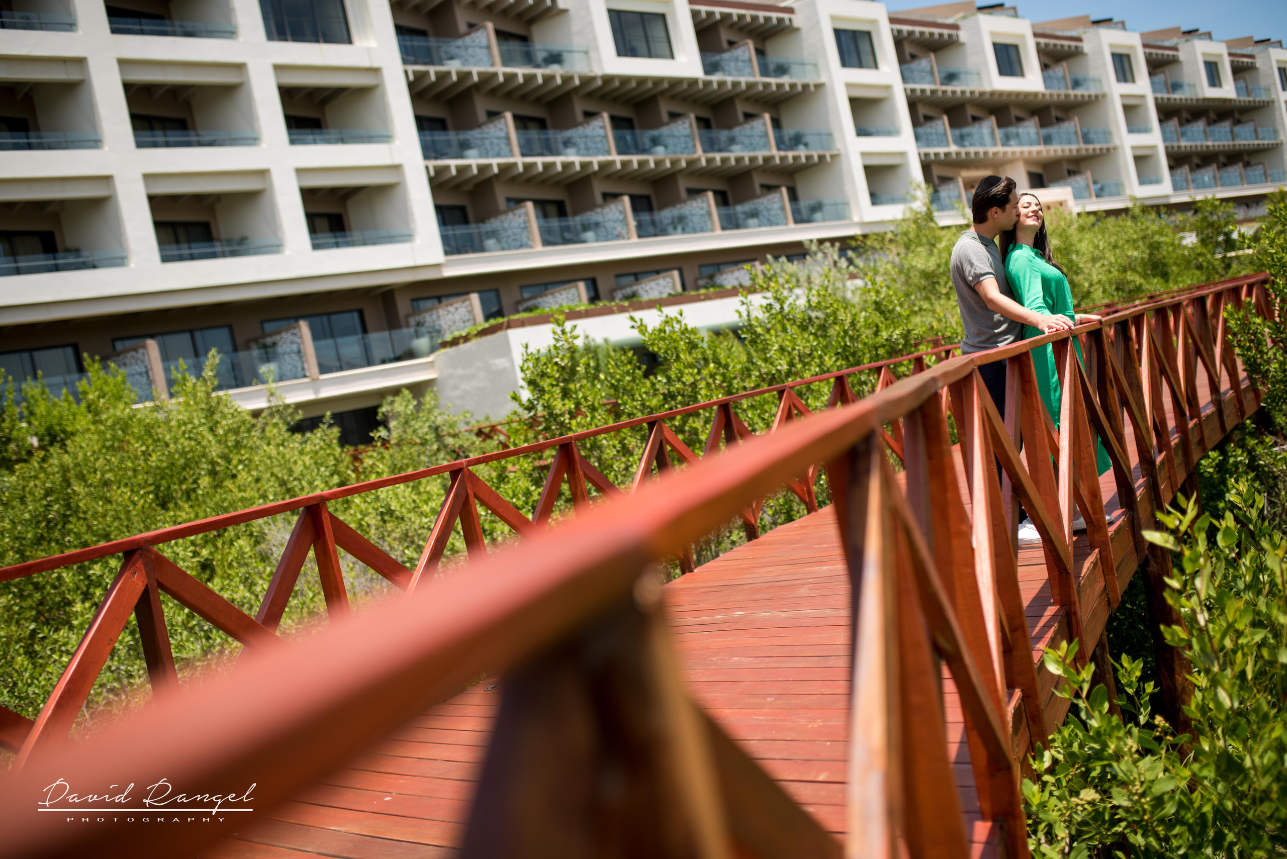 couple+hotel+atelier+happy+love+together+playa+mujeres+destination+photographer+photo+pier+garden+trees+kiss