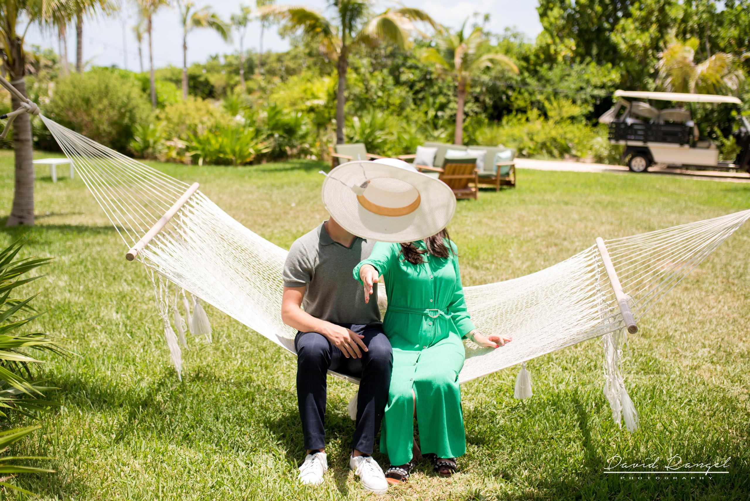 couple+hotel+atelier+happy+love+together+playa+mujeres+destination+photographer+photo+hamac+hat+garden+trees+kiss