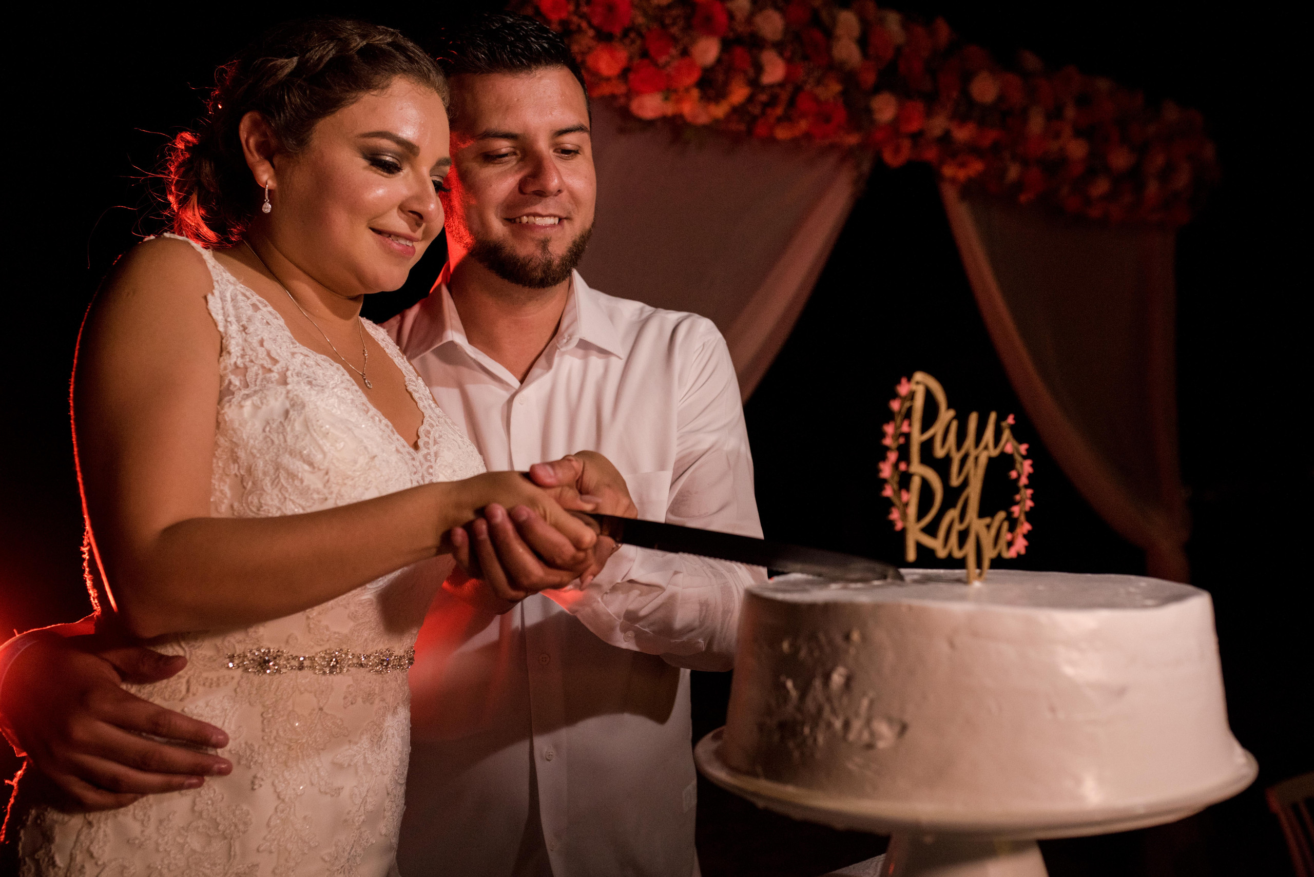 wedding+cake+cutting+hote+omni+cancun+bride+groom+photo