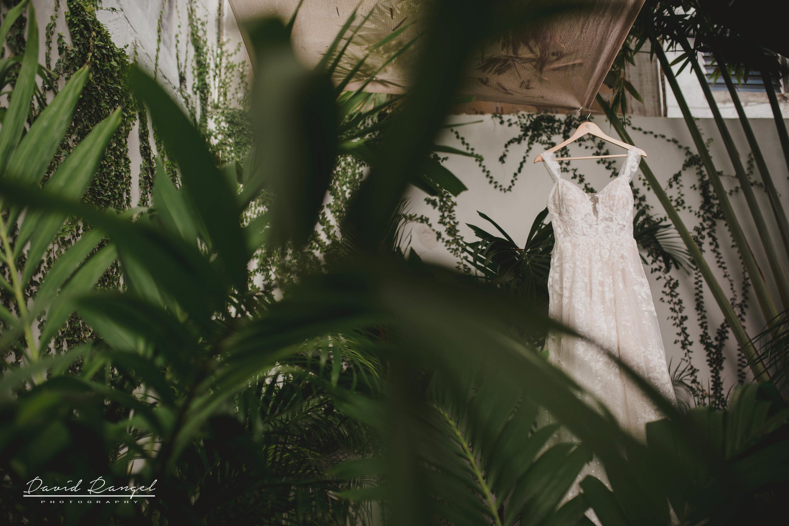 bride+getting+ready+shadow+earring++bathrobe+natural+ligh+photo+destination+wedding+isla+blanca+smile+champagne+mirror+photo+celebration+wedding+dress