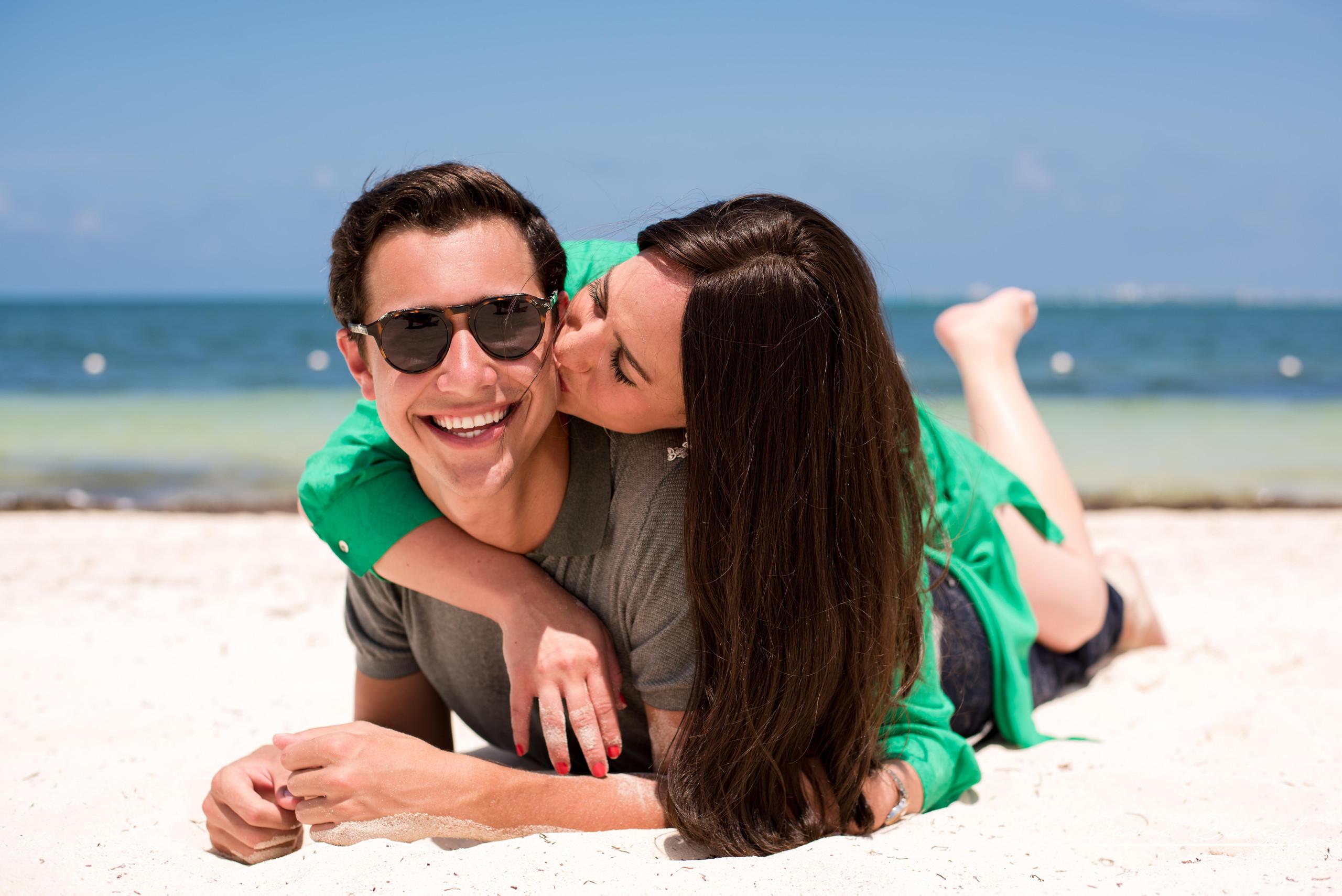 couple+hotel+atelier+happy+love+together+playa+mujeres+destination+photographer+photo+kiss+beach+caribe+cancun+honeymoon+celebration