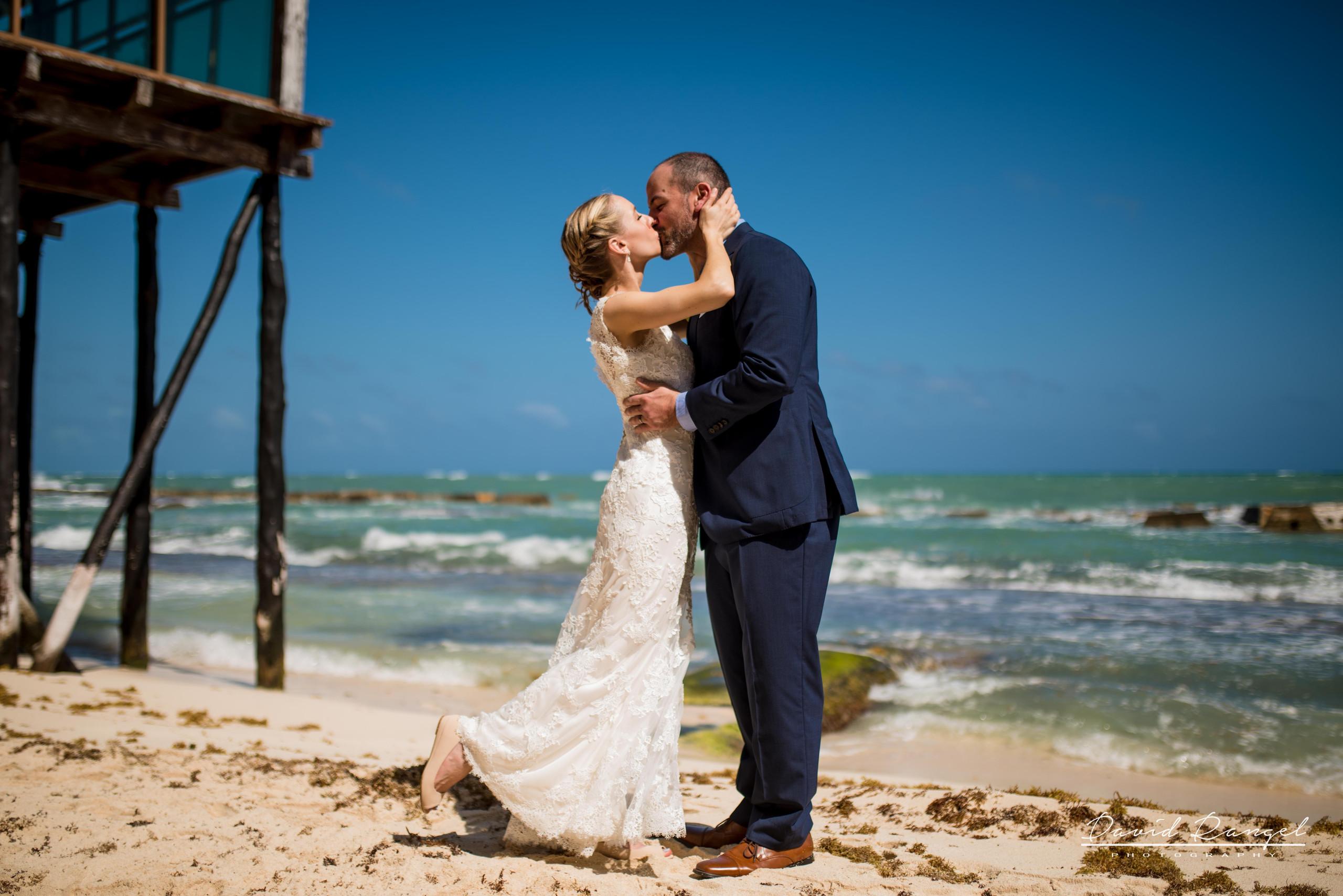 bride+groom+kiss+beach