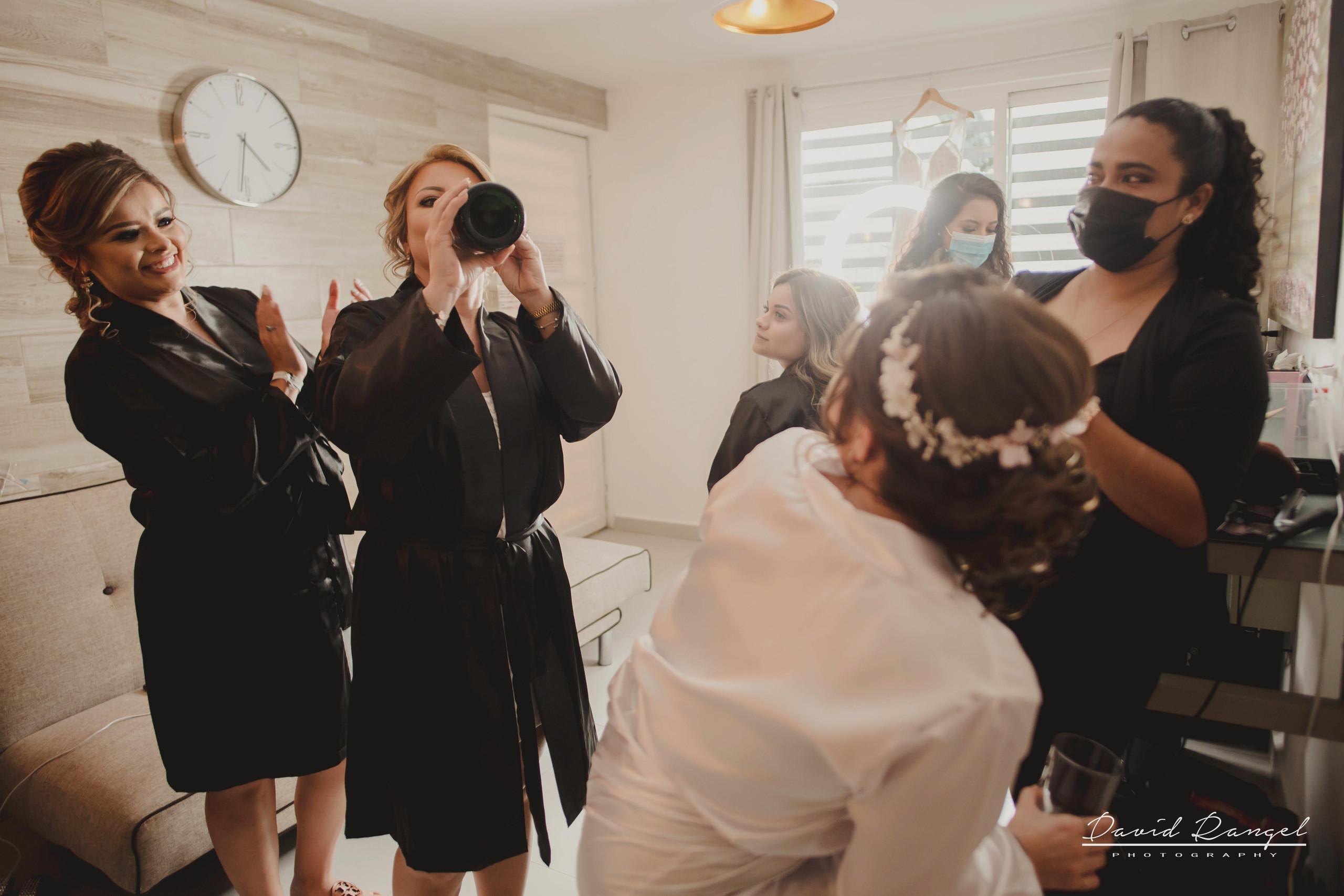 bride+getting+ready+shadow+earring++bathrobe+natural+ligh+photo+destination+wedding+isla+blanca+smile+champagne+mirror+photo+celebration+drink+alcohol+mother+of+the+bride+crue