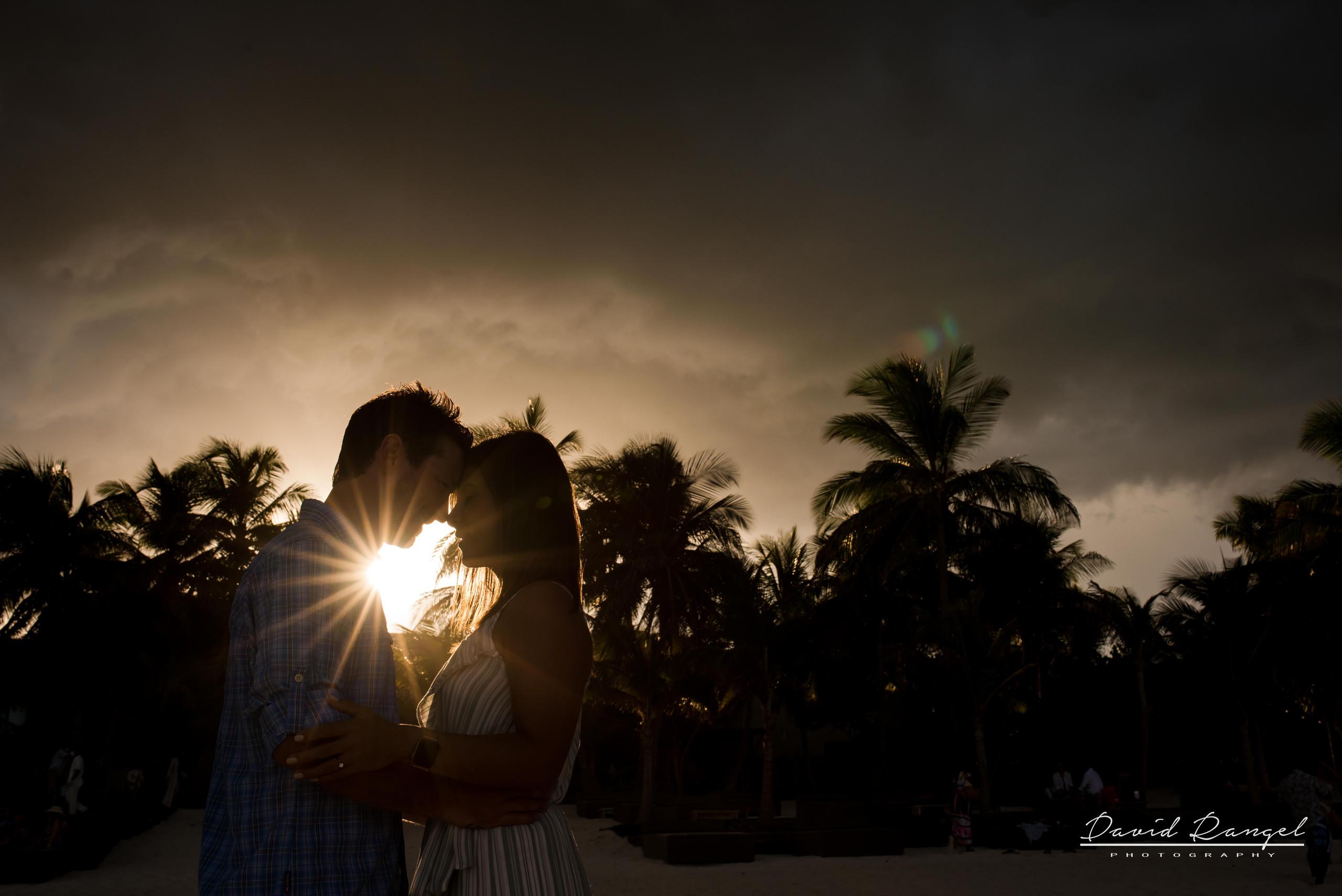 engagement+session+ring+sorprise+beach+vacations+casa+malca+hotel+pedida+de+mano+propuesta+de+matrimonio+pareja+amor+photo+boutique+sunset+shadows+backlight