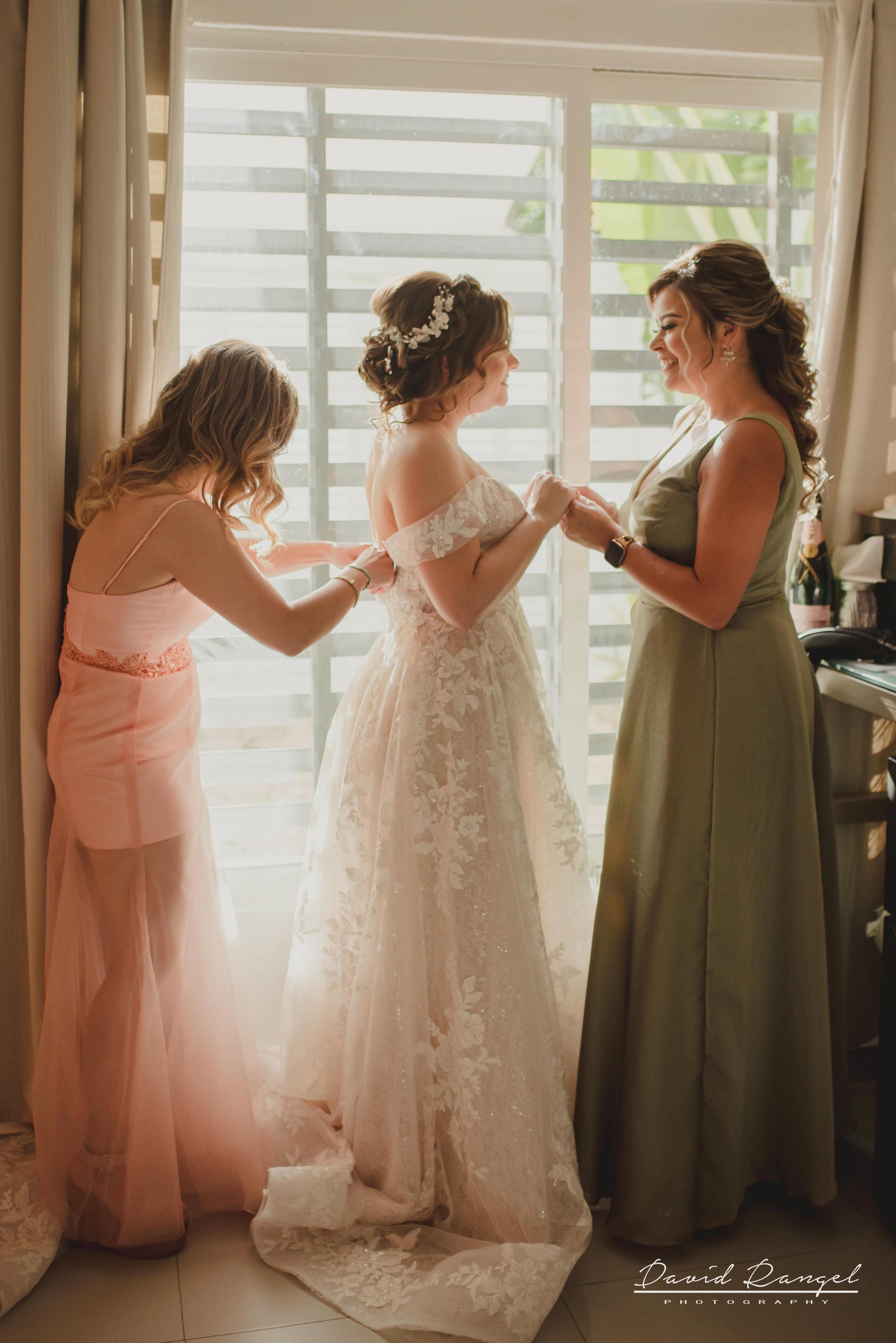 bride+getting+ready+shadow+earring++bathrobe+natural+ligh+photo+destination+wedding+isla+blanca+smile+mirror+photo+celebration+bridesmaids+sister+bestfriend+dress+wedding