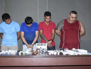 Polícia prende garçom e bombonzeiro que traficavam droga em bar no Parque Dez