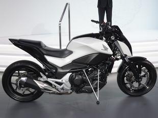 Honda mostra moto que se equilibra sozinha em feira de tecnologia. Veja vídeo