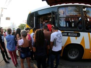 Assaltantes invadem ônibus e passageiro é esfaqueado em Manaus