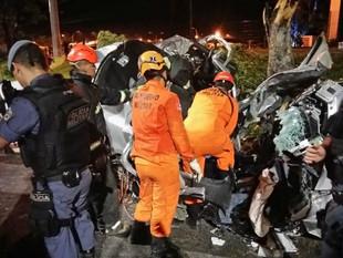 Casal morre e dois ficam feridos após carro capotar durante perseguição policial