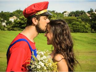 Casal de BH faz sucesso com 'Save The Date' inspirado no game Mario Bross
