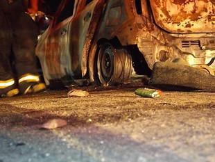 Carro roubado é abandonado em chamas por bandidos em rua de Manaus