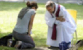 pretre-donne-confessionun-arbre-David-La