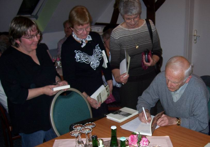 Autogrammstunde Günter de Bruyn.jpg