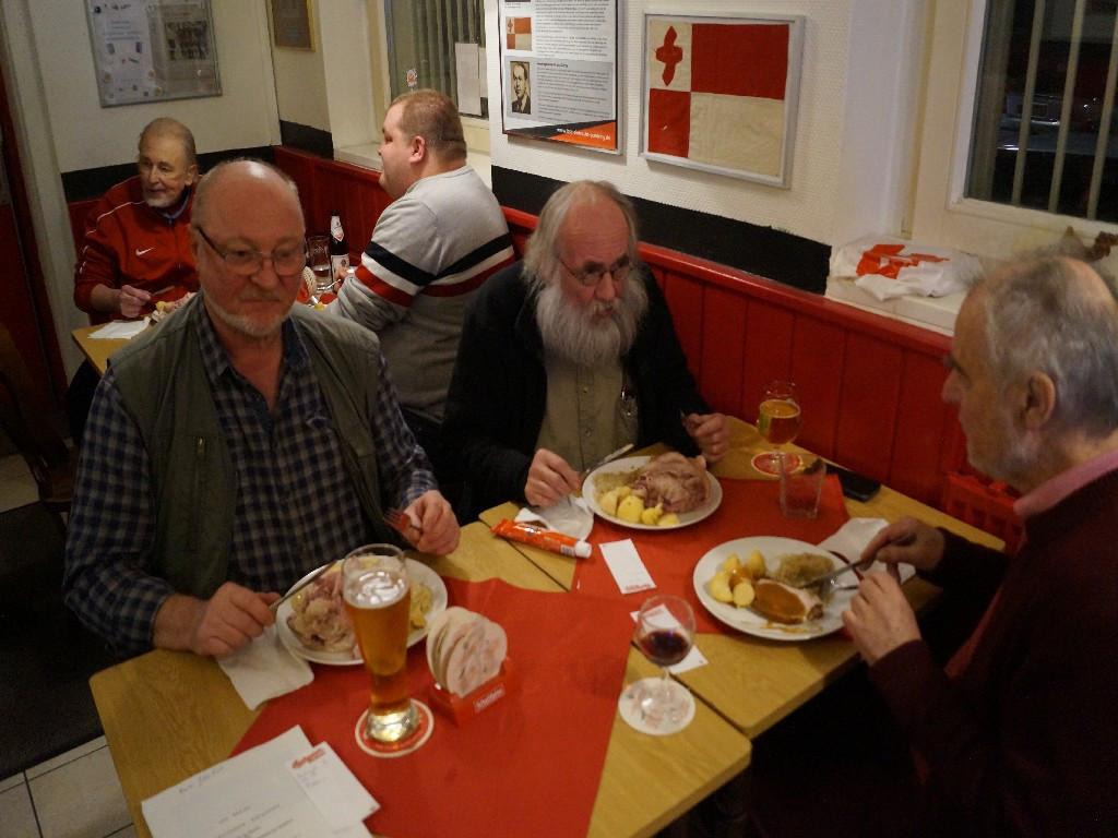 Rainer Glembek (PV), Hugo Hoffmann (Künstler u. Kunstdrucker), Günter Kokott (Maler und PV), Hintergrund: Wolfgang Beckmann (Eintracht Südring), Florian Rohde (Jugendleiter Eintracht Südring)