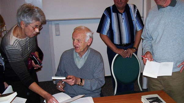 Autogrammstunde mit Günter de Bruyn.jpg